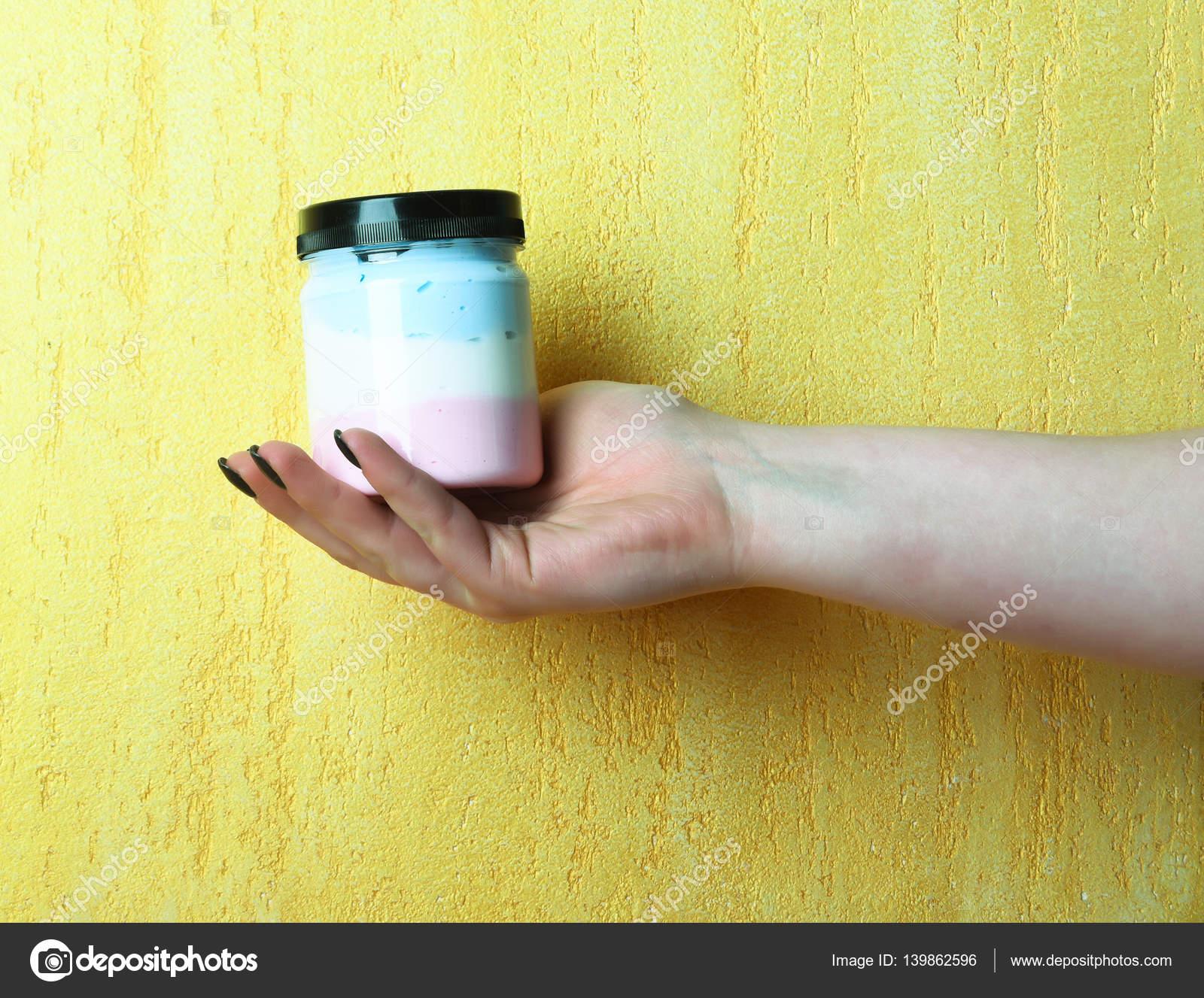 bianco vaso con lozione o sale in mano femminile di bagno — Foto ...
