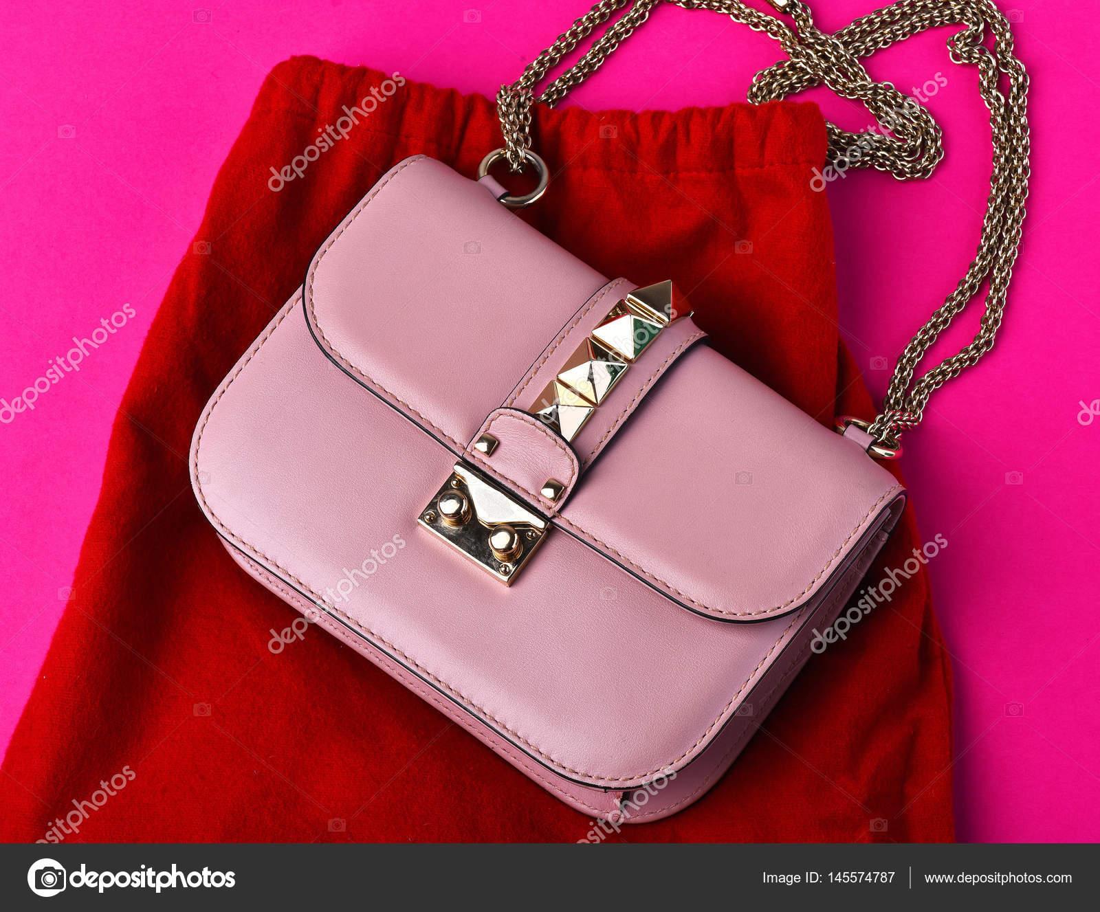 f1b1ba376cc115 kleine dames lederen roze tas met rode rok — Stockfoto © stetsik ...