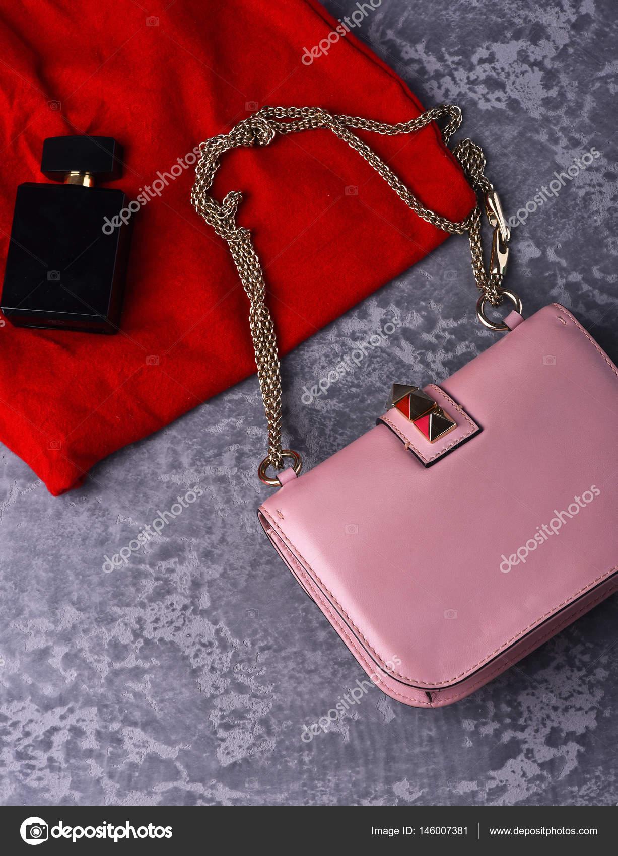 49db60ff3bf47e kleine dames lederen roze tas met rode rok en parfum — Stockfoto ...
