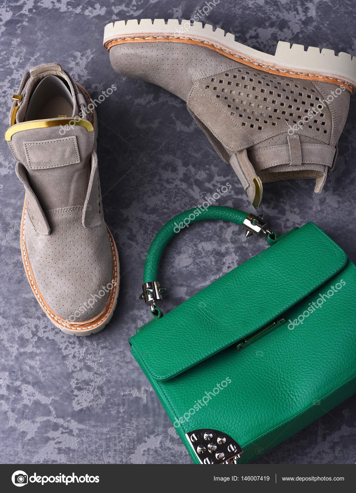Μικρή γυναικεία δερμάτινη Πράσινη τσάντα και μποτάκια γκρι σουέτ —  Φωτογραφία Αρχείου 7c1e939b370