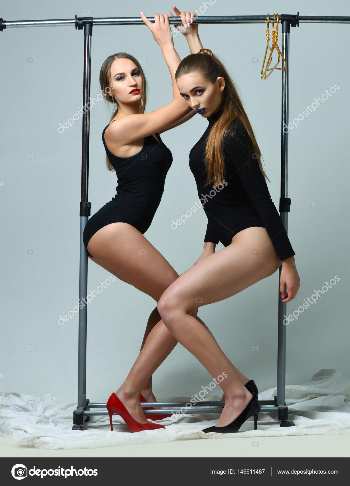 Chicas guapas en bodies negros sexi posando en el estante for Chicas guapas en ropa interior
