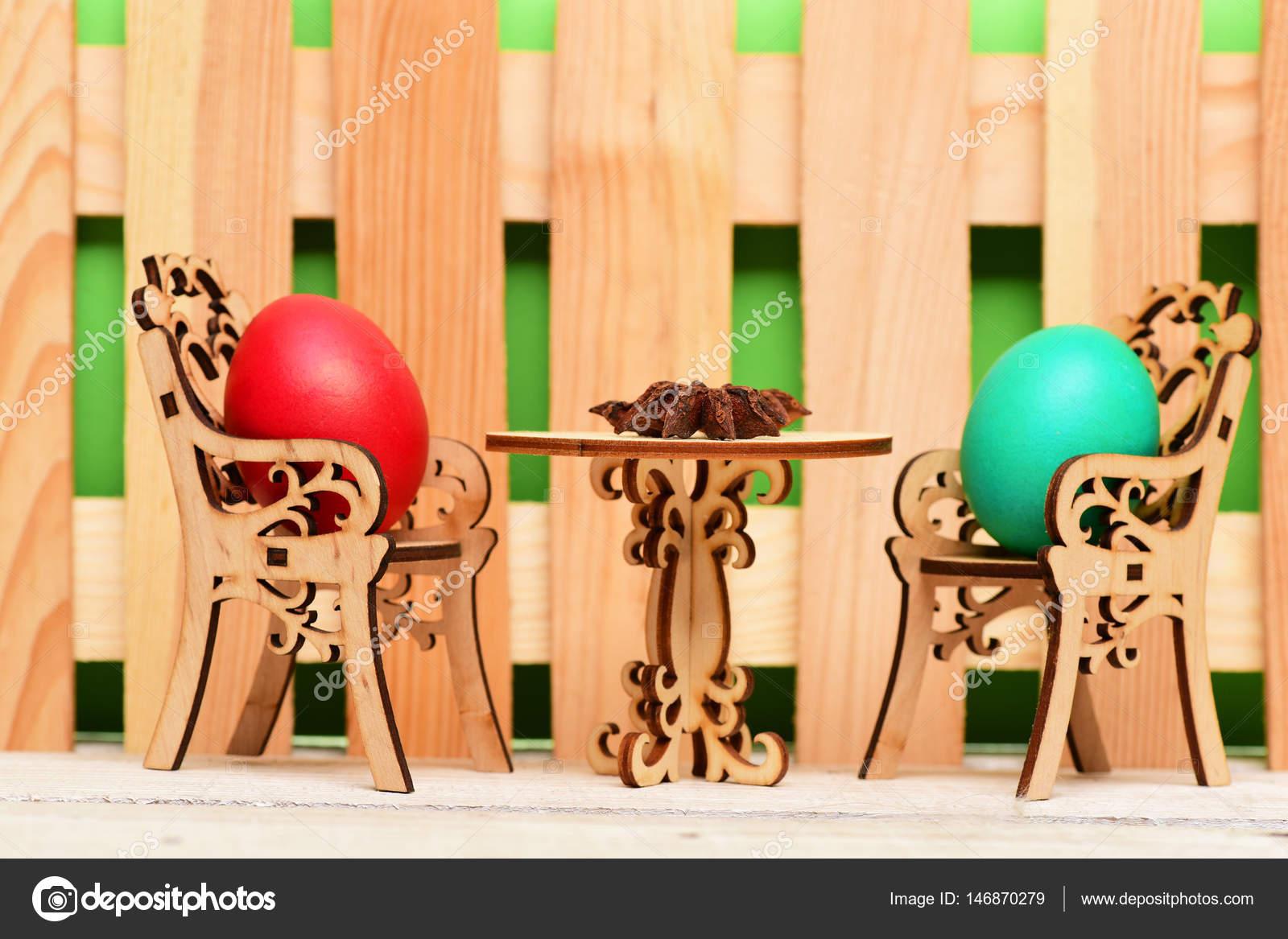 Osterei in hölzerne Stühle am Tisch mit badian — Stockfoto © stetsik ...