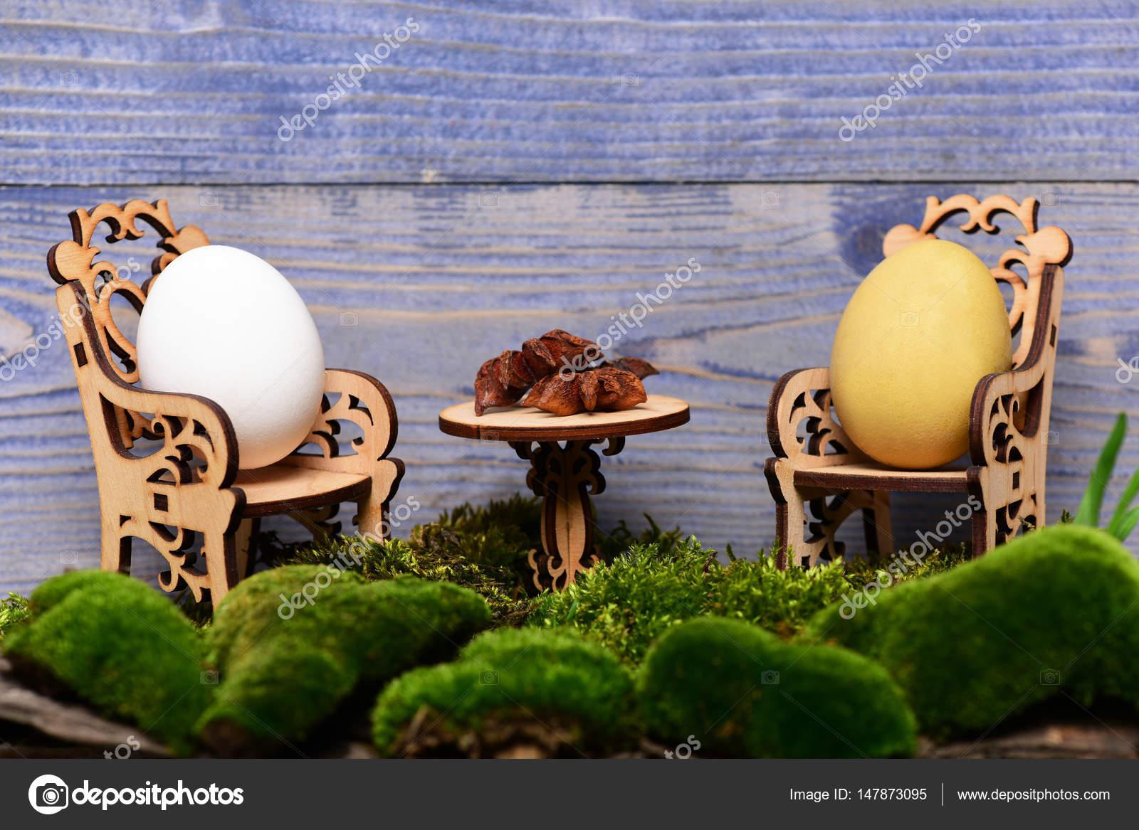 Osterei in hölzerne Stühle am Tisch mit badischen, Moos — Stockfoto ...