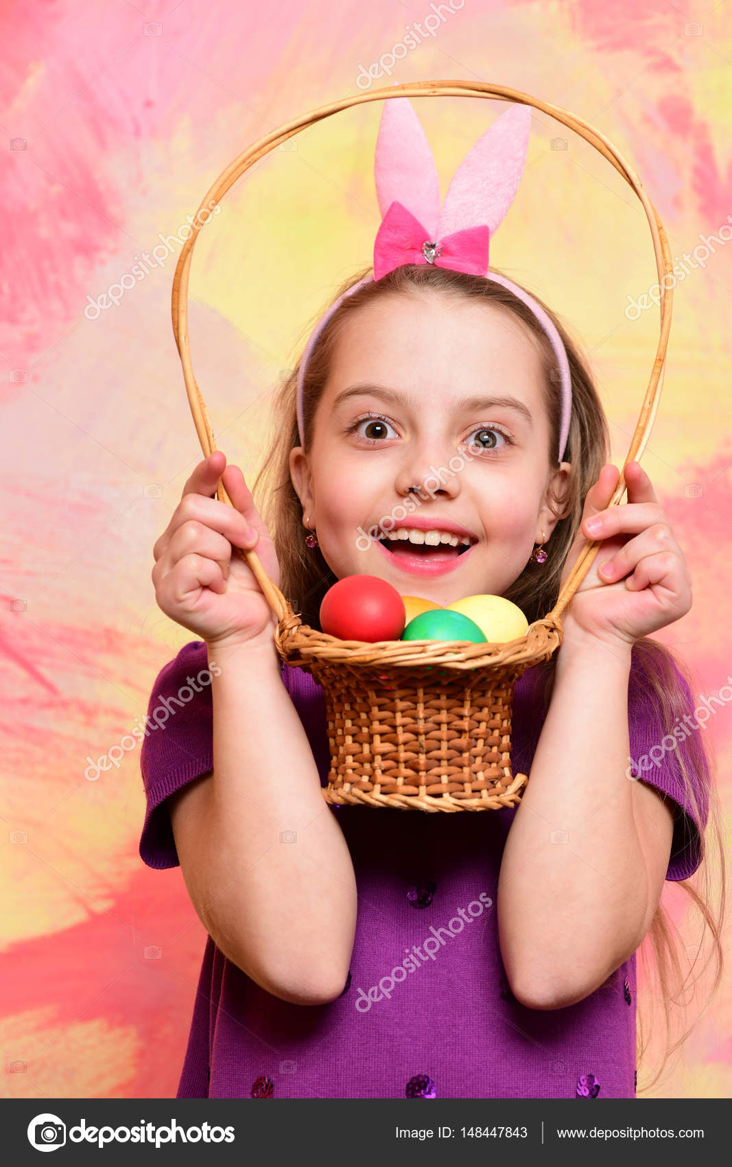 small happy baby girl holding basket with easter eggs — stock photo