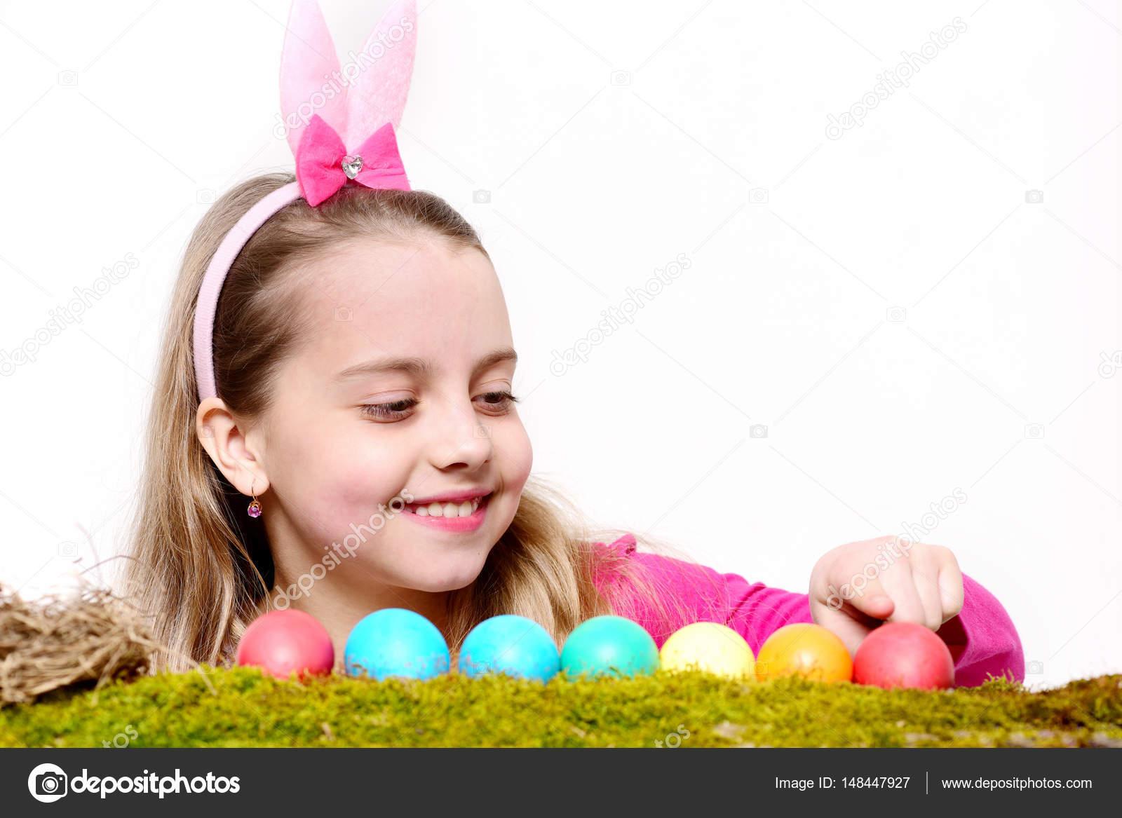 Malá šťastná holčička s velikonočními vejci izolované na bílém — Stock Fotografie © stetsik #148447927