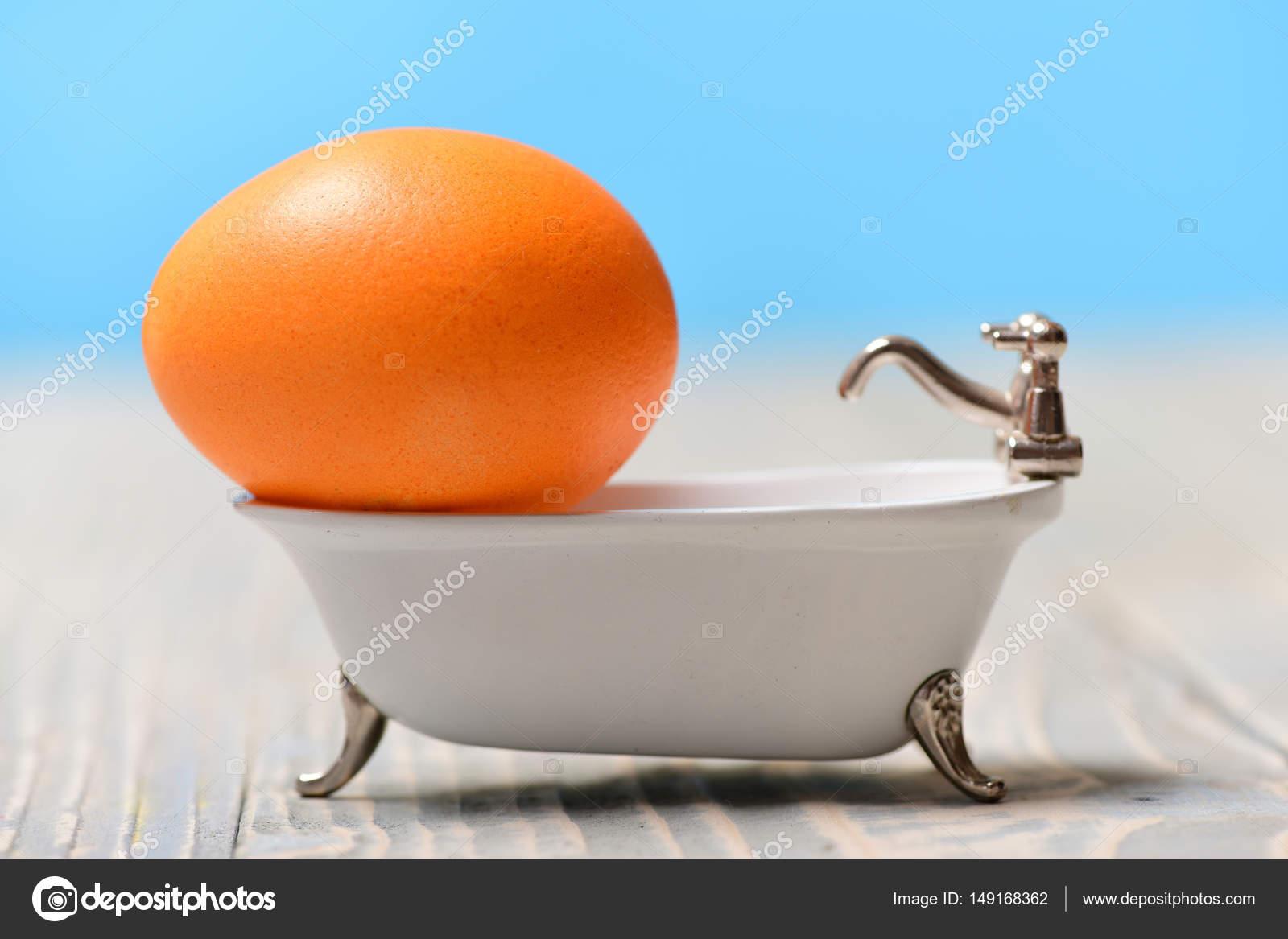 Vasca Da Bagno Uovo : Arancione dipinta uovo in vasca di bagno bianca vacanze di pasqua