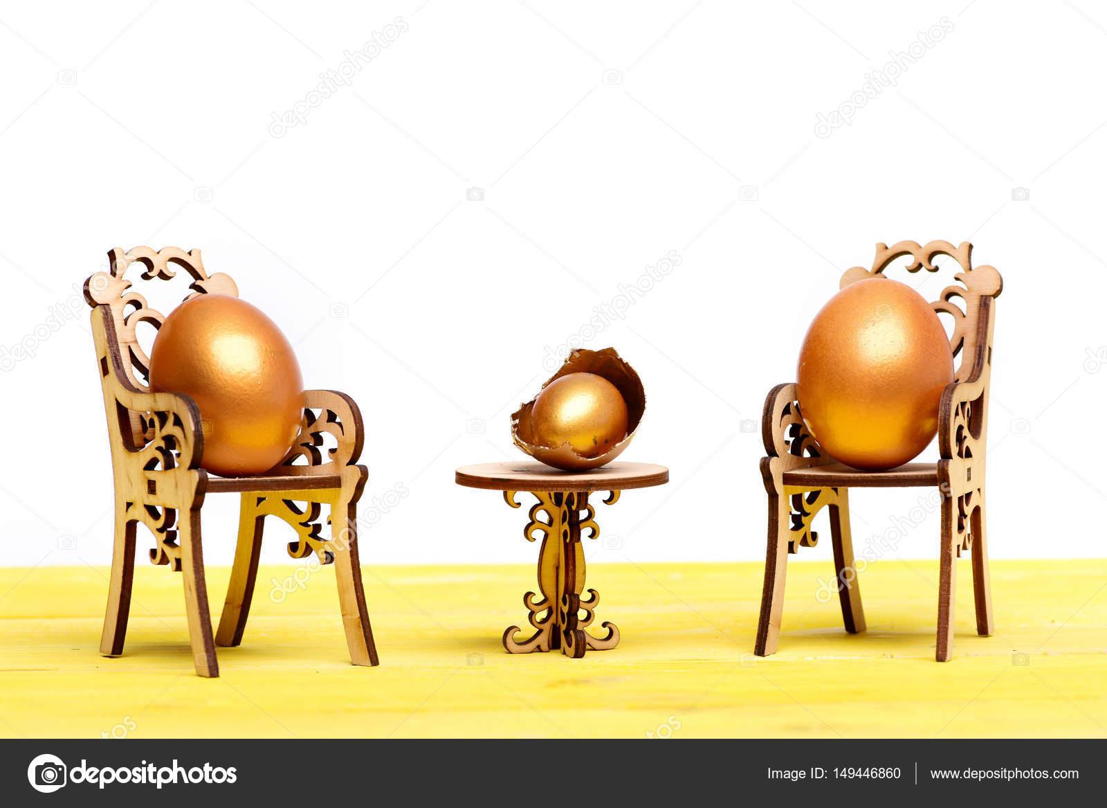 Golden Easter Egg Auf Hölzernen Stuhl Am Tisch Zukünftiges Leben