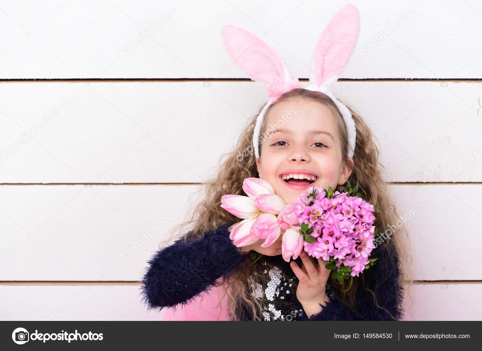 25def5b7c4b Ευτυχισμένος κορίτσι στο Πάσχα λαγουδάκι αυτιά με λουλούδι ροζ τουλίπα — Φωτογραφία  Αρχείου