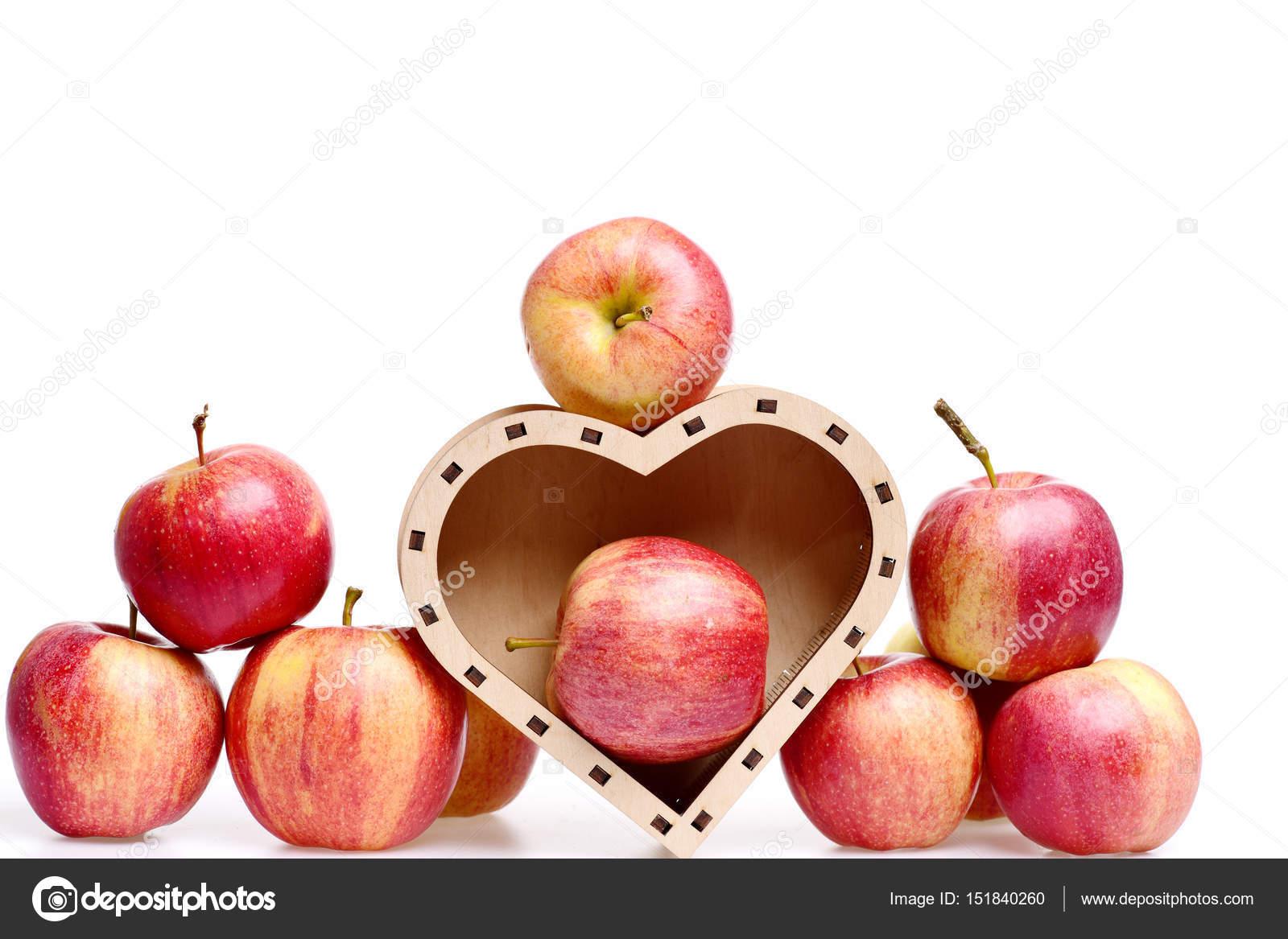 frutas manzana rojos de color en caja de madera en forma de corazón ...