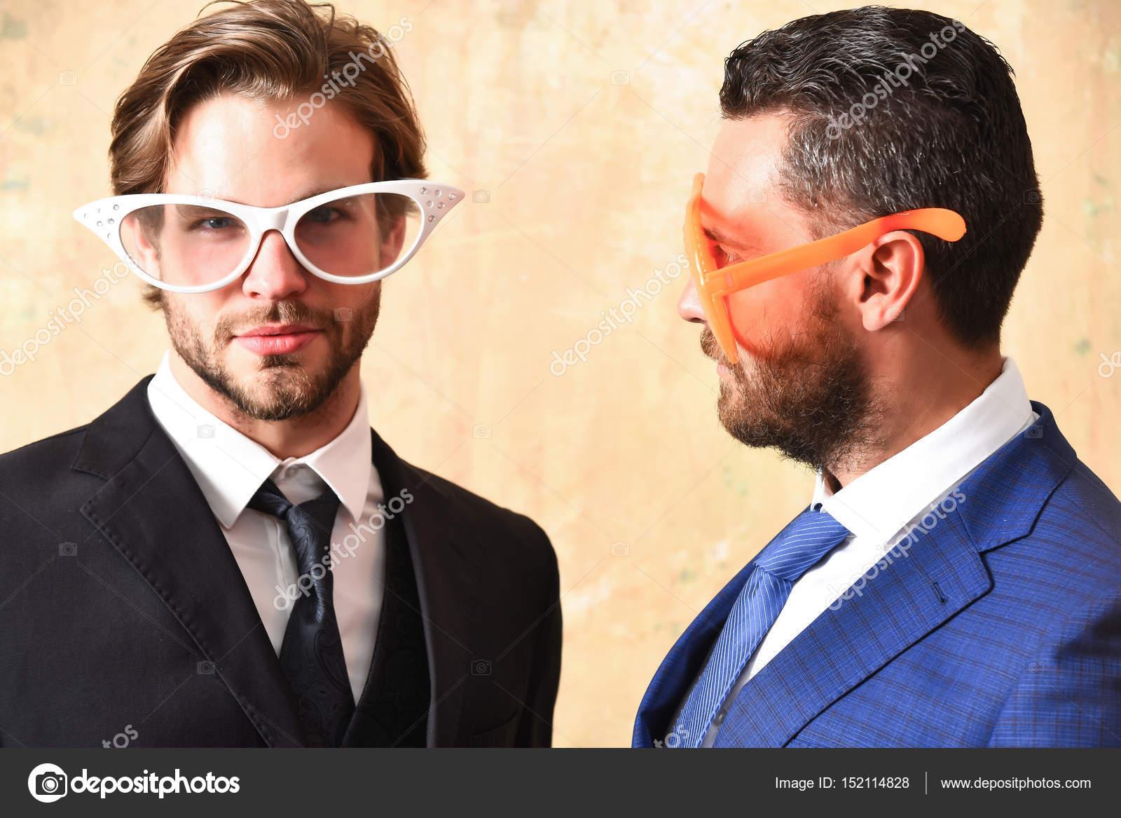 glücklich und schweren bärtige Männer mit lustigen Sommer Brillen ...