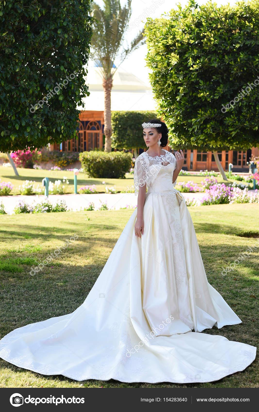 hübsche Frau im weißen Brautkleid, modische Make-up und Haare ...