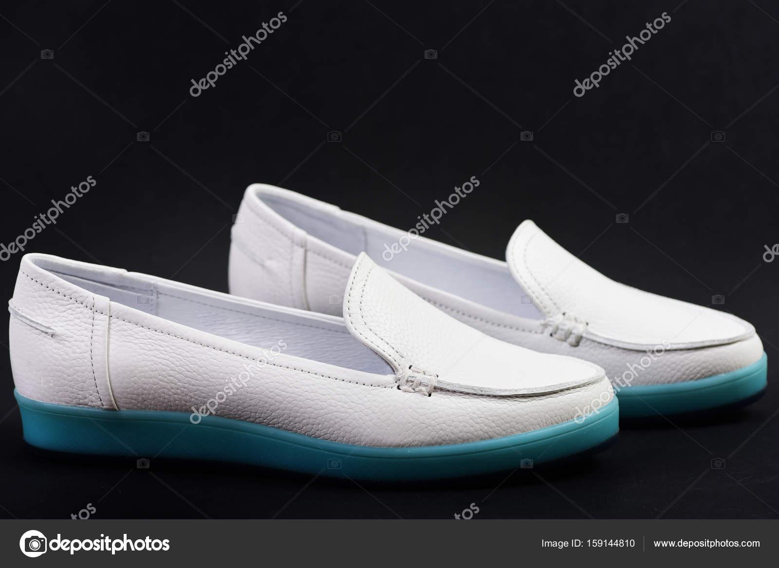 24a5497d3bb Ζευγάρι γυναικεία παπούτσια που απομονώνονται σε μπλε ή μαύρο φόντο ...