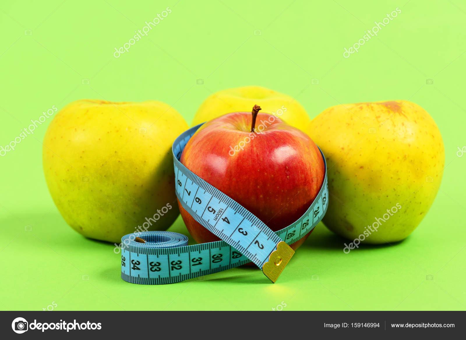 Manzanas de color verde cerca de manzana roja — Fotos de Stock ...