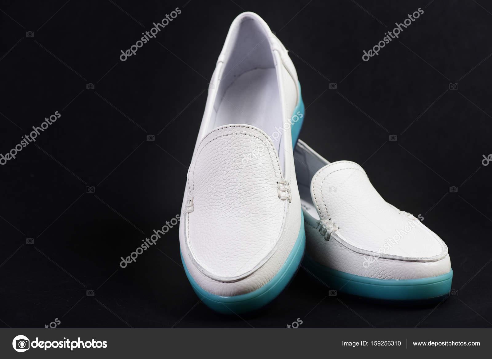 56907e99371 Γυναικείο δερμάτινο ζευγάρι παπούτσια σκούρο μπλε ή μαύρο φόντο ...