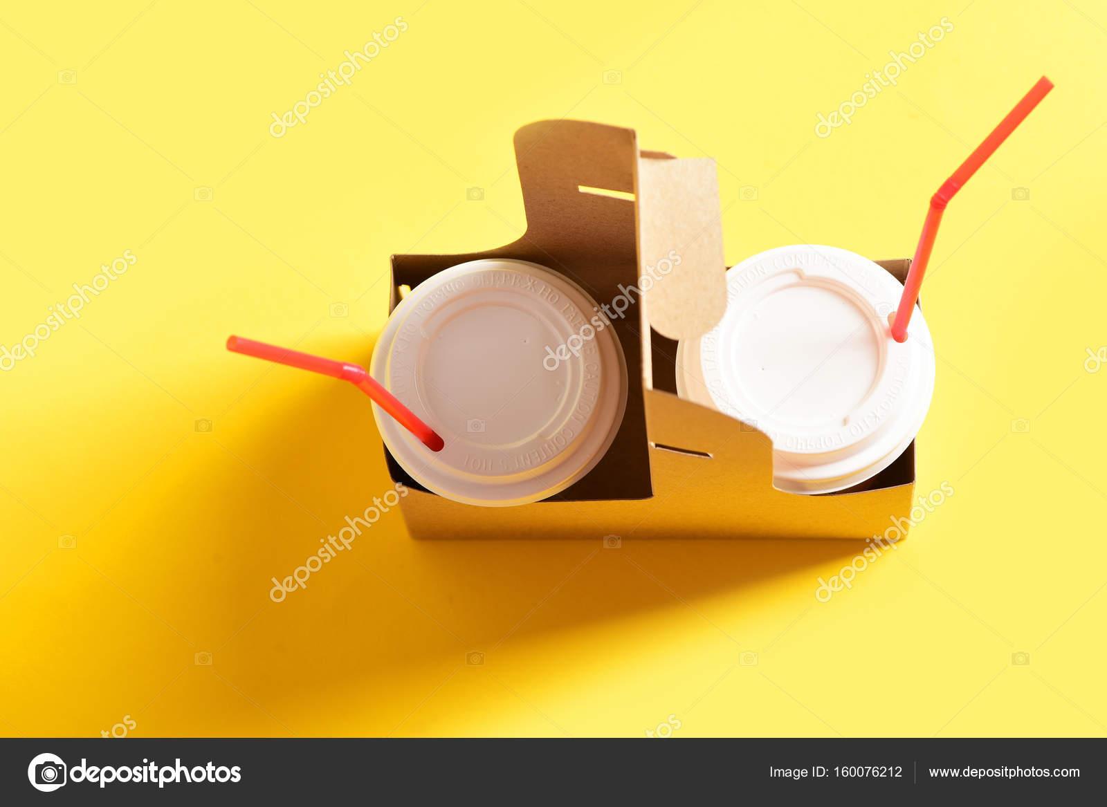 Tassen für koffeinhaltige Getränke mit weißen Abdeckungen und roten ...