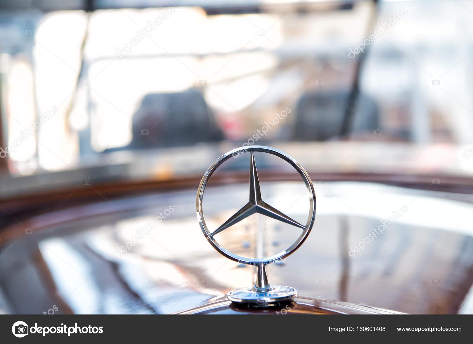 Mercedes Benz Teken Of Logo Close Up Redactionele Stockfoto