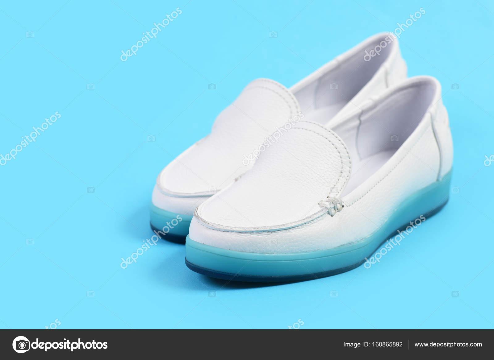 4c4751bb7d8 Χαμηλό τακούνι παπούτσια σε στυλ αθλητικών. Μοκασίνια για γυναίκες ...