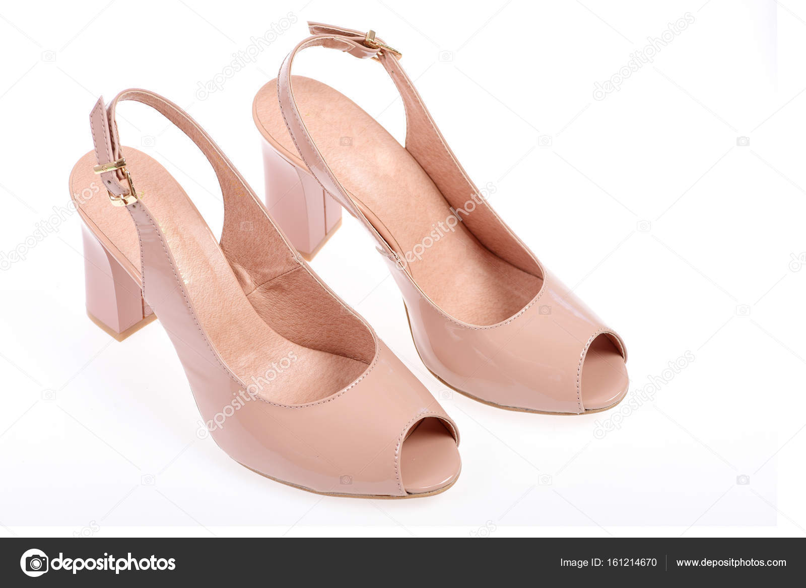 f693ce43625 Καλοκαιρινά αξεσουάρ: ψηλοτάκουνα πέδιλα. Έννοια της μόδας και της  ομορφιάς. Γυναικεία σανδάλια που απομονώνονται σε λευκό φόντο — Εικόνα από  ...