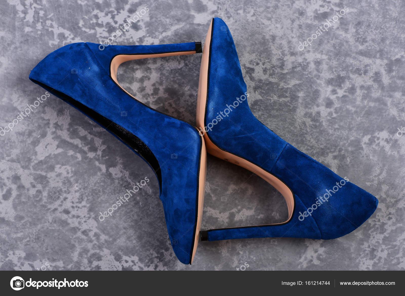 b9bd3f6d0ac Μπλε καστόρινα παπούτσια που απομονώνονται σε γκρι φόντο ...