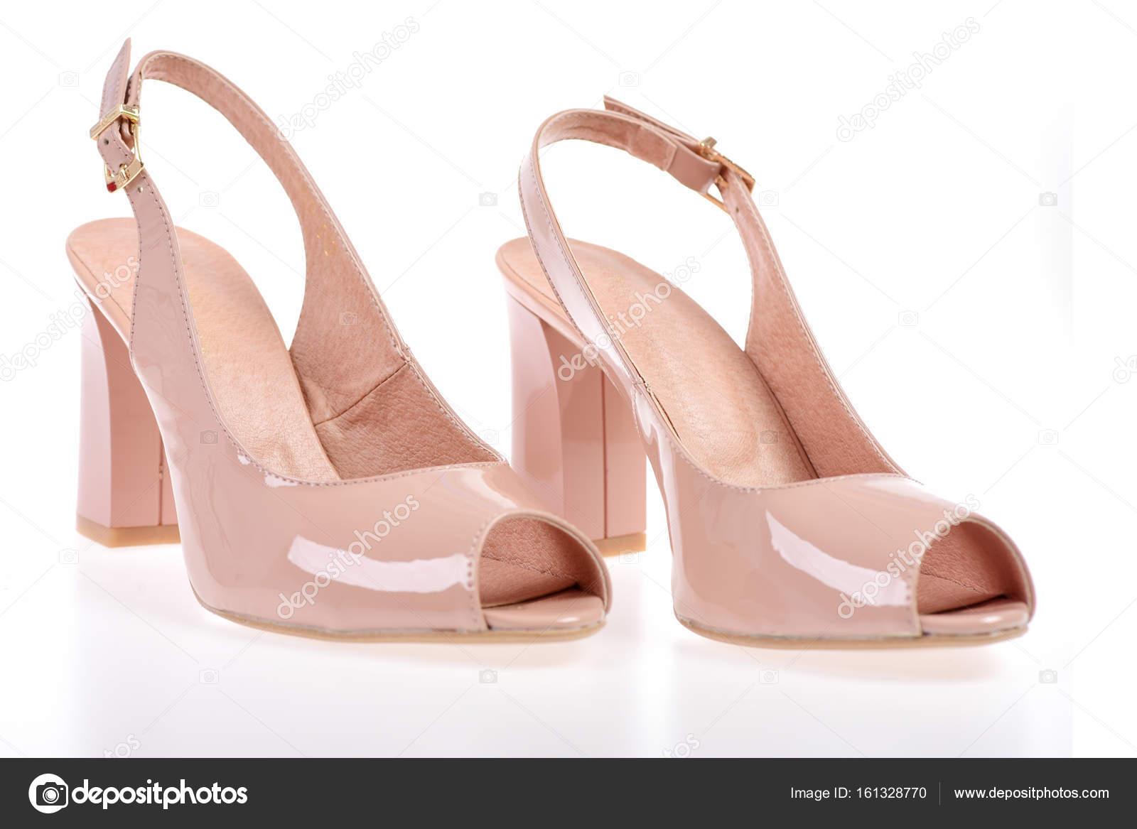b1edd13a069 Γυναικεία ψηλοτάκουνα πέδιλα που απομονώνονται σε λευκό φόντο. Γυναικεία  δερμάτινα υποδήματα ευρεσιτεχνίας, κοντινό πλάνο. Ζευγάρι παπούτσια σε ροζ  χρώμα.