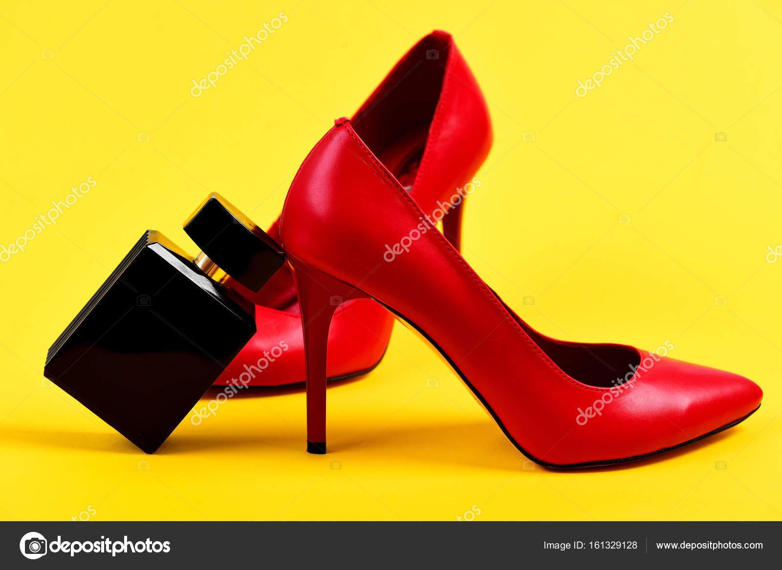 Червоний жіночого взуття і пляшка дух на жовтому фоні — Стокове фото ... 341722b002d2a