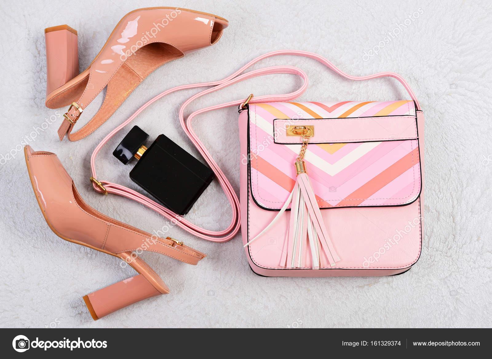 925aa70c98 Ψηλοτάκουνα Γυναικεία παπούτσια και αξεσουάρ σε λευκό φόντο ...