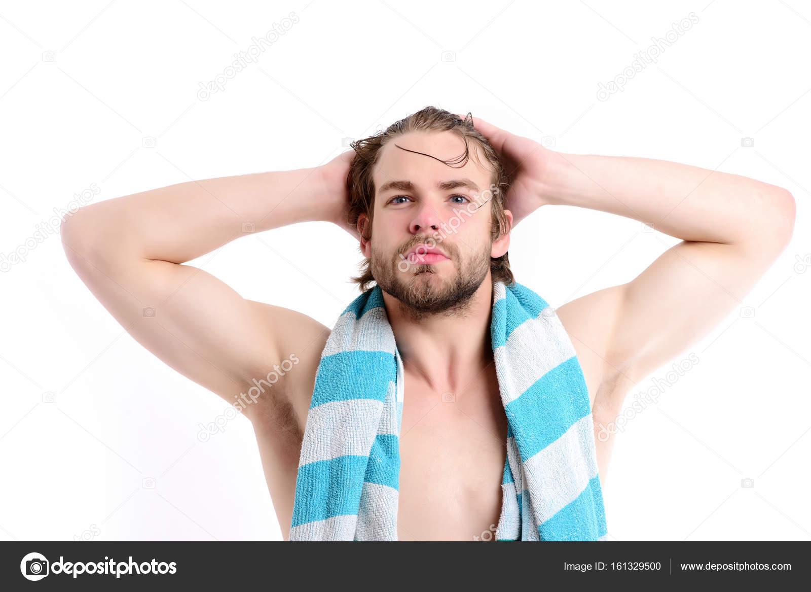Macho mit gestreiften blaues Handtuch um Hals und großen Muskeln ...
