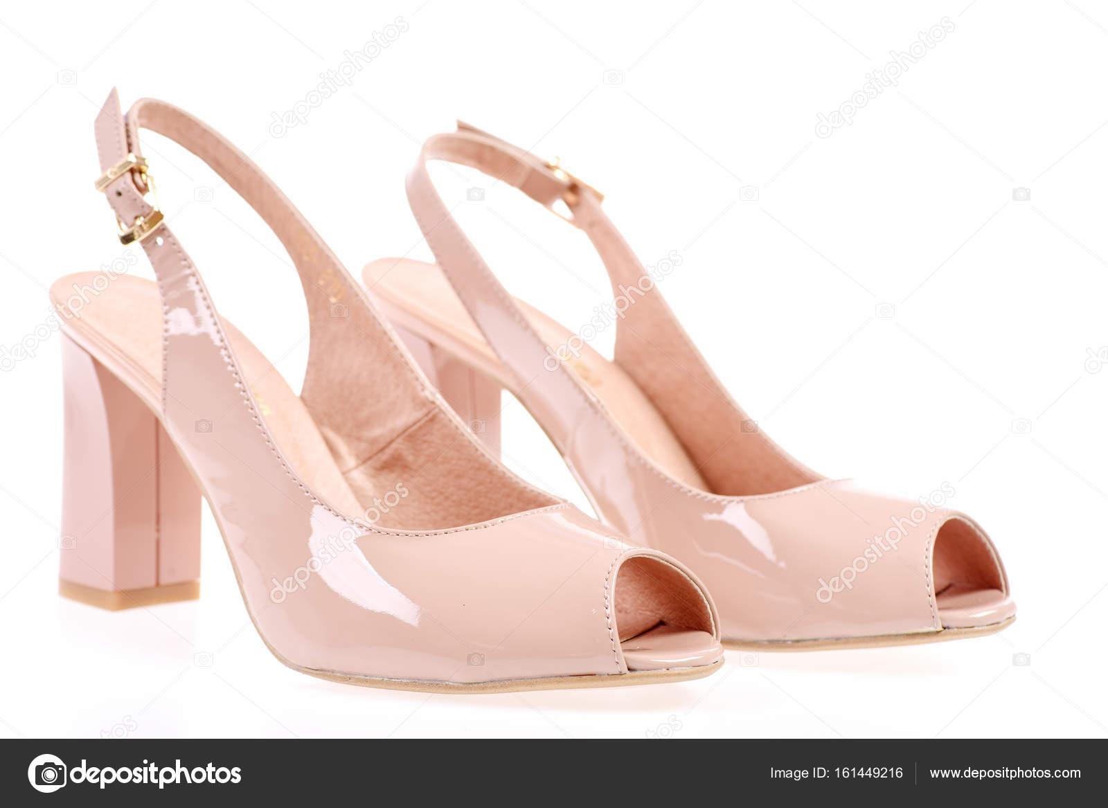 cdd66bb971a Γυναικεία σανδάλια που απομονώνονται σε λευκό φόντο. Ζευγάρι παπούτσια σε  ροζ χρώμα. Καλοκαιρινά αξεσουάρ: ψηλοτάκουνα πέδιλα. Γυναικεία δερμάτινα  υποδήματα ...
