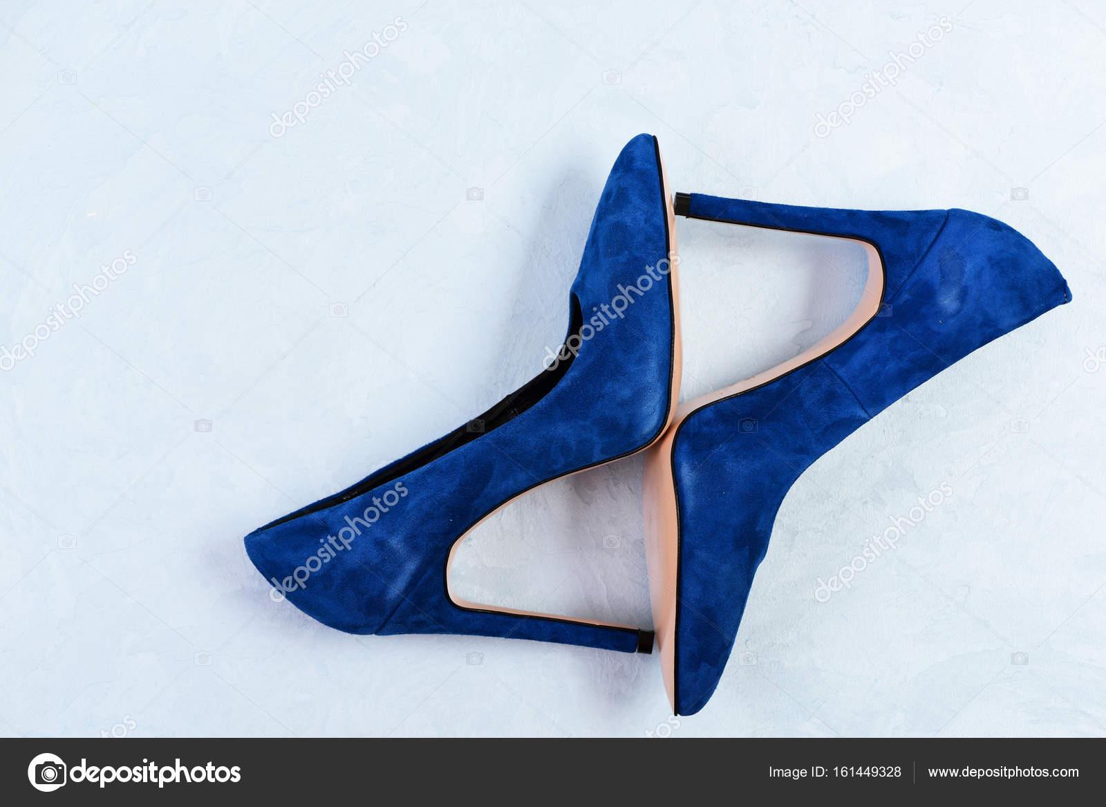 3569d86588 Sapatos de salto alto azul sobre fundo azul claro. Sapatos femininos —  Fotografia de Stock
