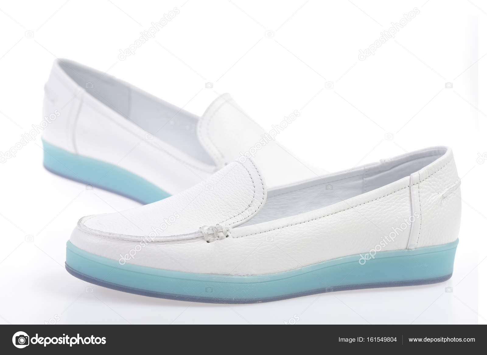 7a132278094 Ζευγάρι γυναικεία δερμάτινα παπούτσια που απομονώνονται σε λευκό ...