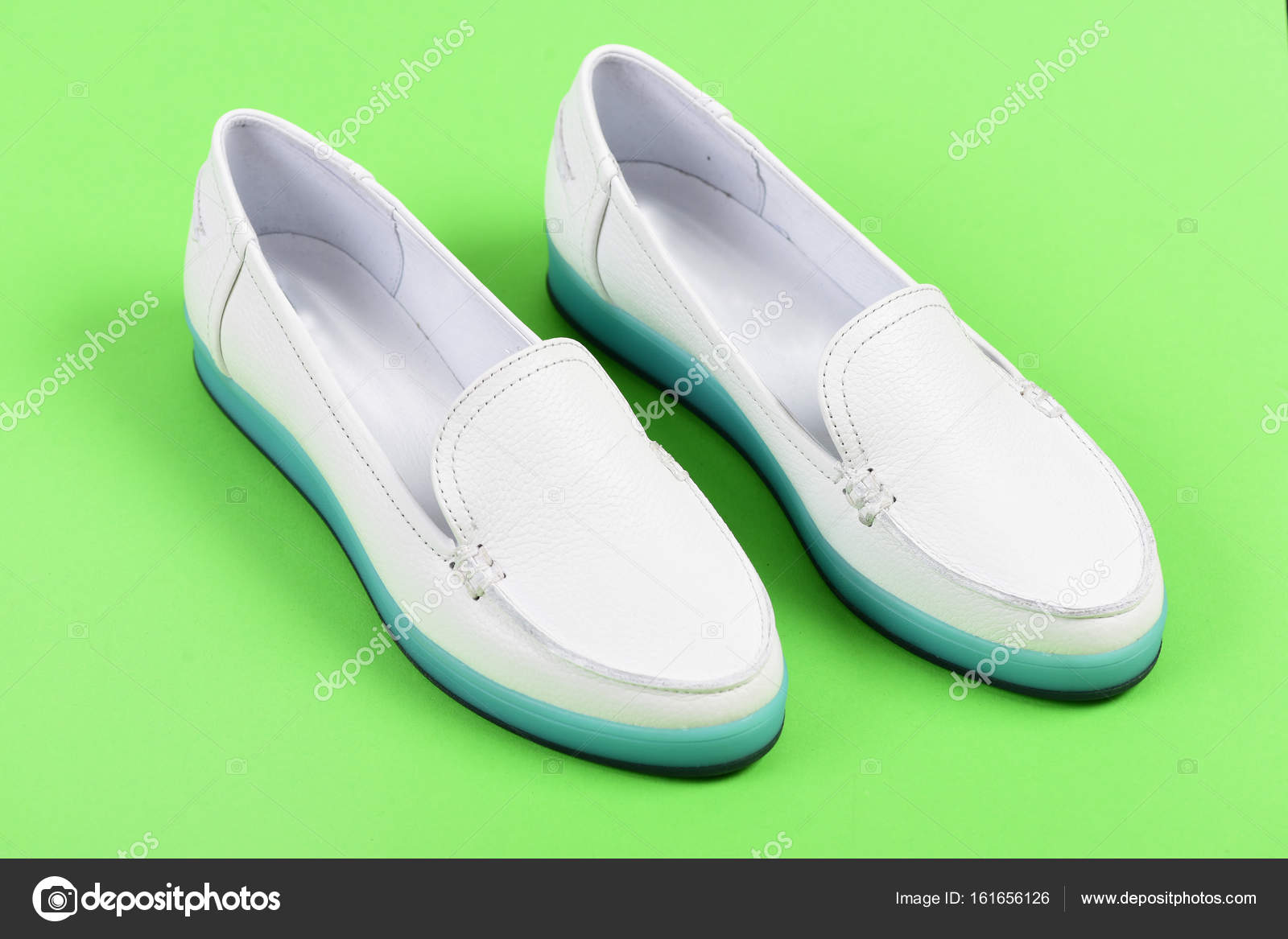e0ec9508914 Μοκασίνια για γυναίκες σε λευκό χρώμα. Ζευγάρι γυναικεία παπούτσια ...