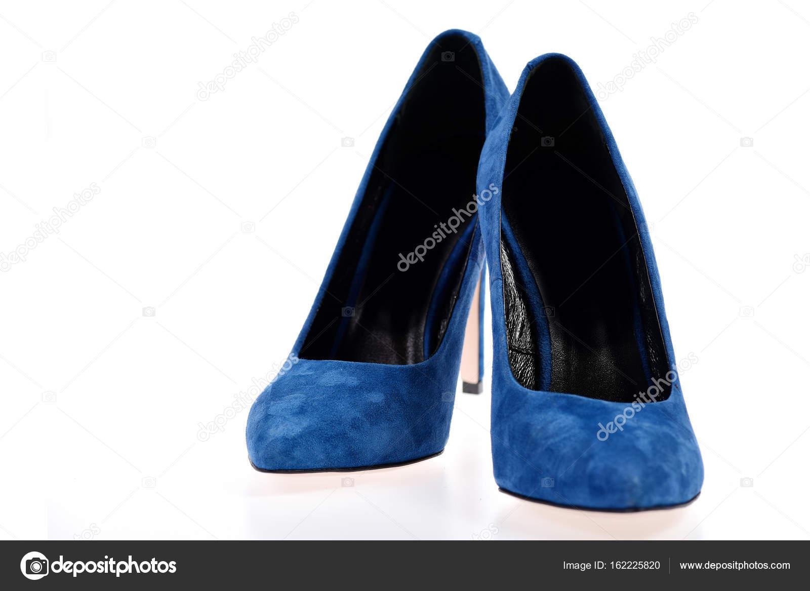 3b17dab60e3d Női hivatalos cipő, közelkép. Képzelet kék cipő elszigetelt fehér  background. Pár kék velúr magassarkú cipő — Fotó szerzőtől ...