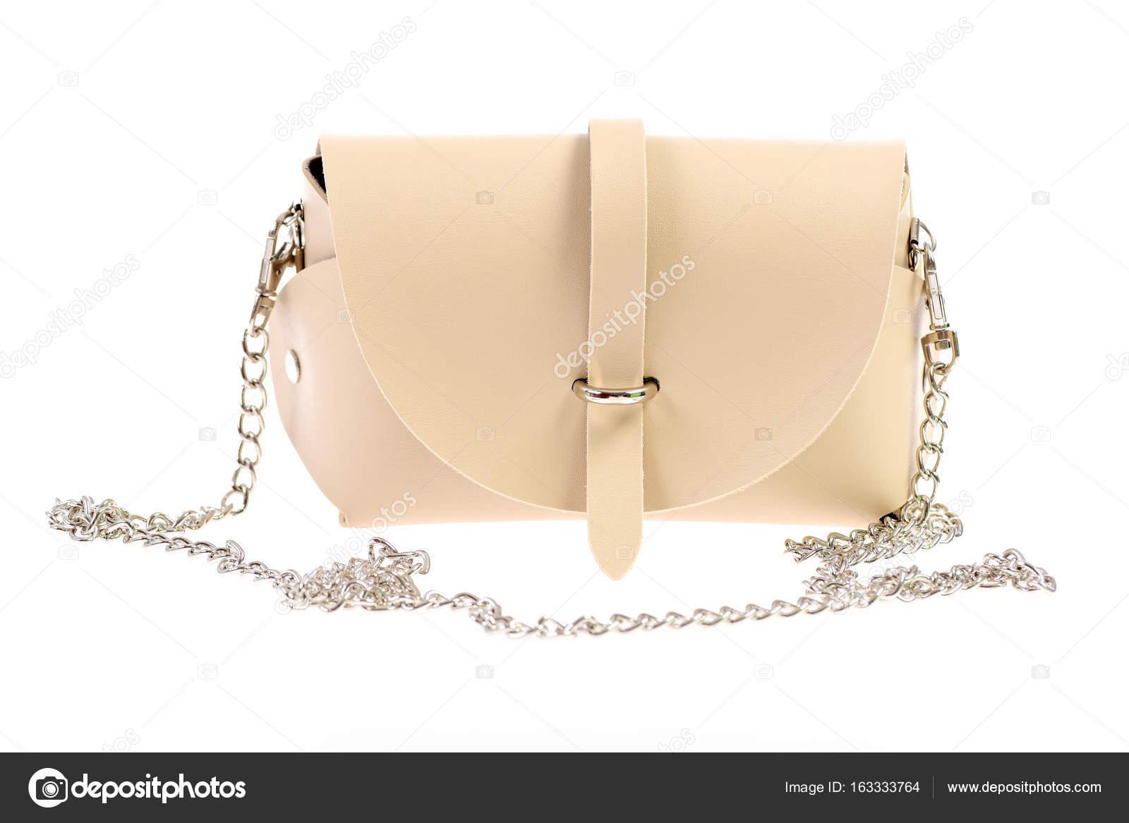 acca68c4461de Beżowa torebka z łańcucha. Dorywczo kobiece torba na ramię, zbliżenie.  Koncepcja moda. Torebka skórzana na białym tle — Zdjęcie od ...