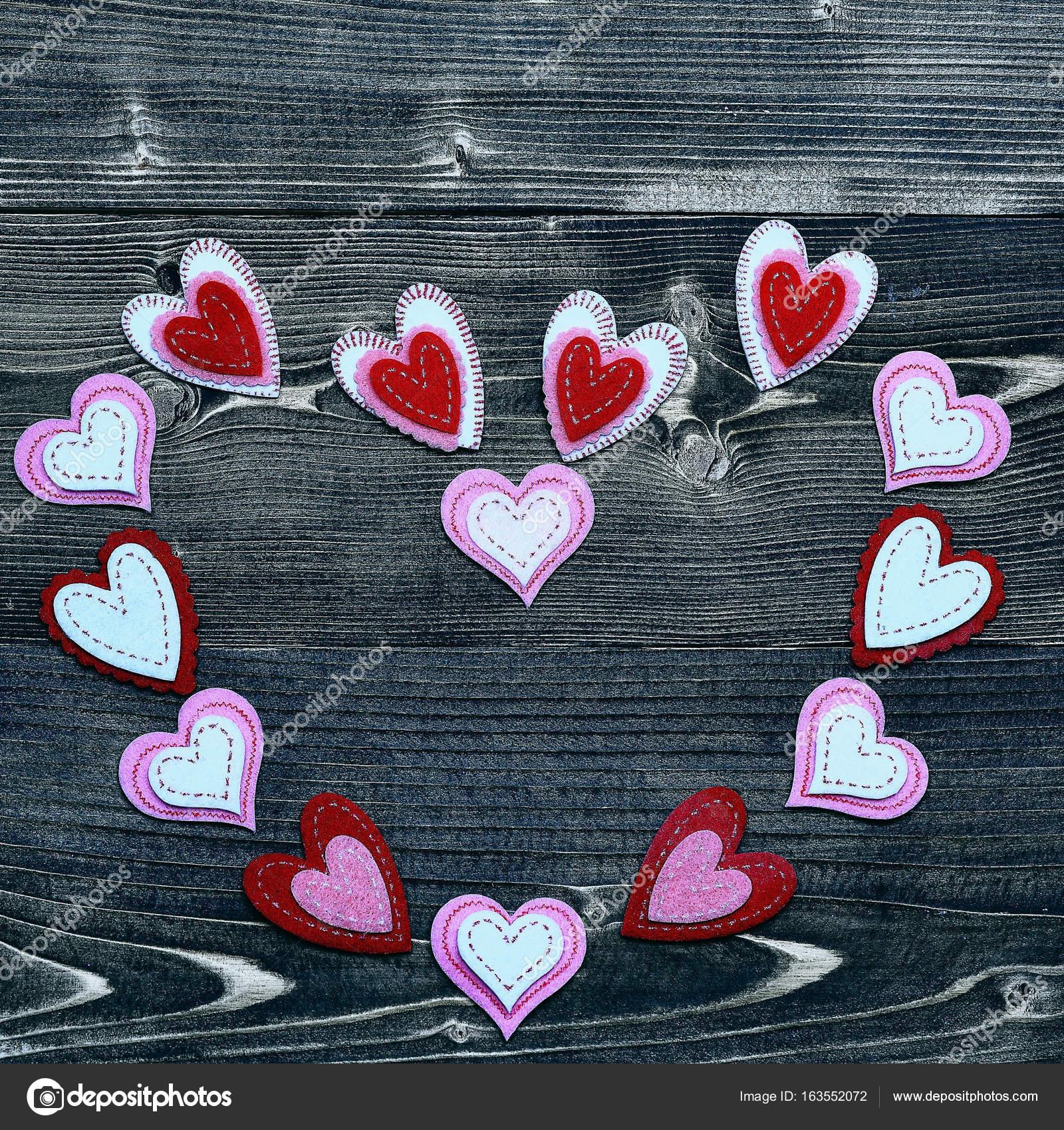 bunte Filz Herz auf Holz als Valentinstag Dekoration — Stockfoto ...