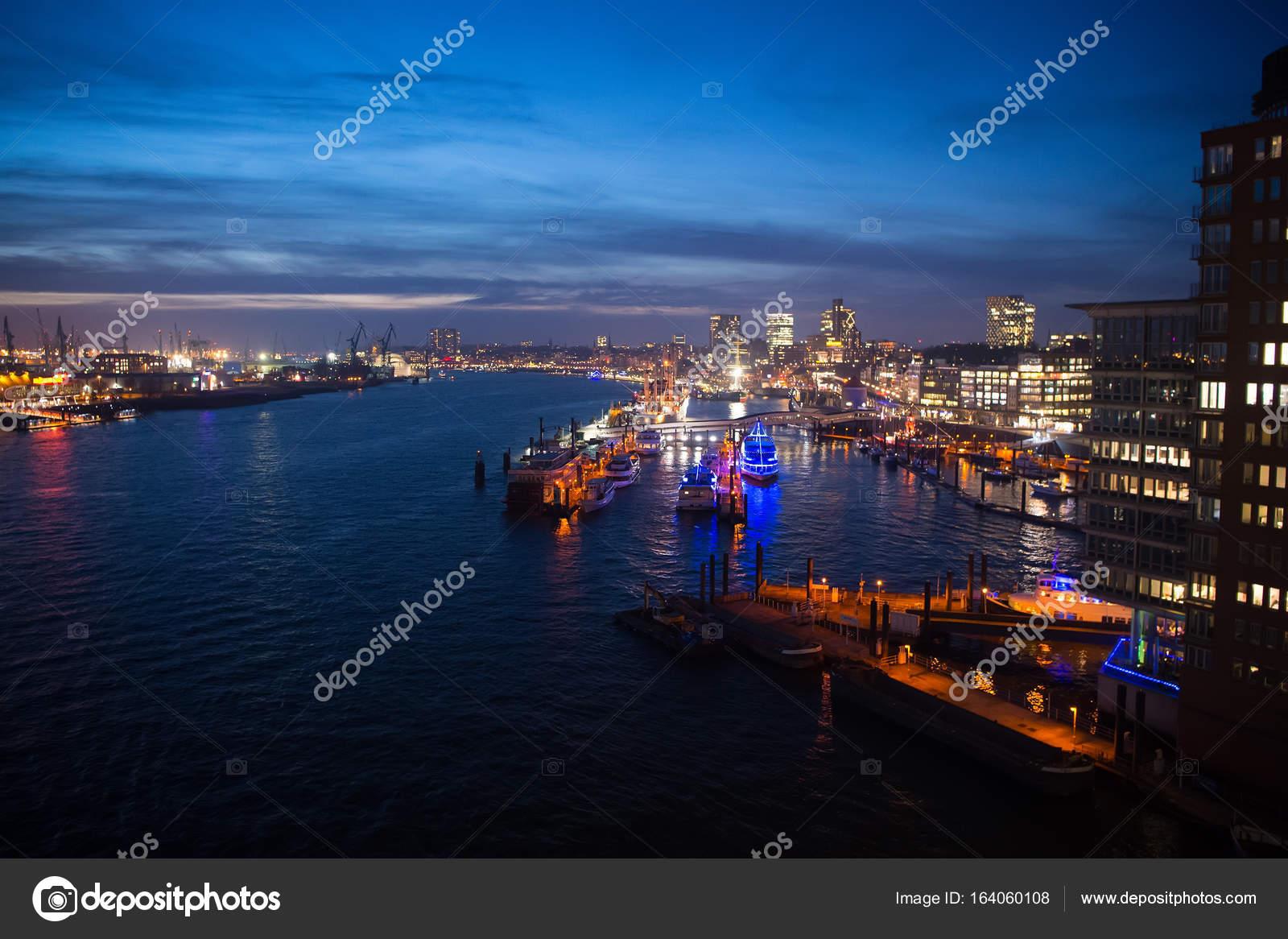 Zeehaven met schepen en kranen in Hamburg, Duitsland — Stockfoto ...
