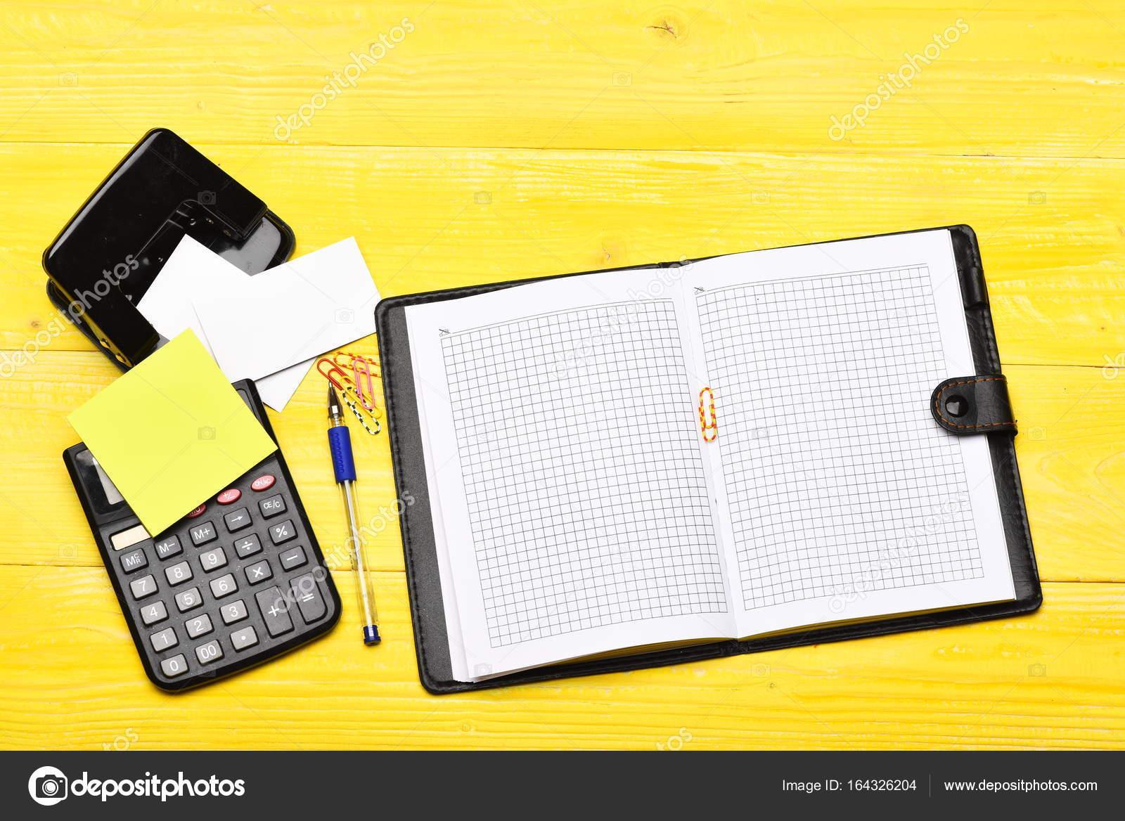Calculatrice Trombones Perforatrice Stylo Et Cartes De Visite Sur Fond En Bois Concept Daffaires Travail Cahier Ouvert Avec Des Pages Blanches