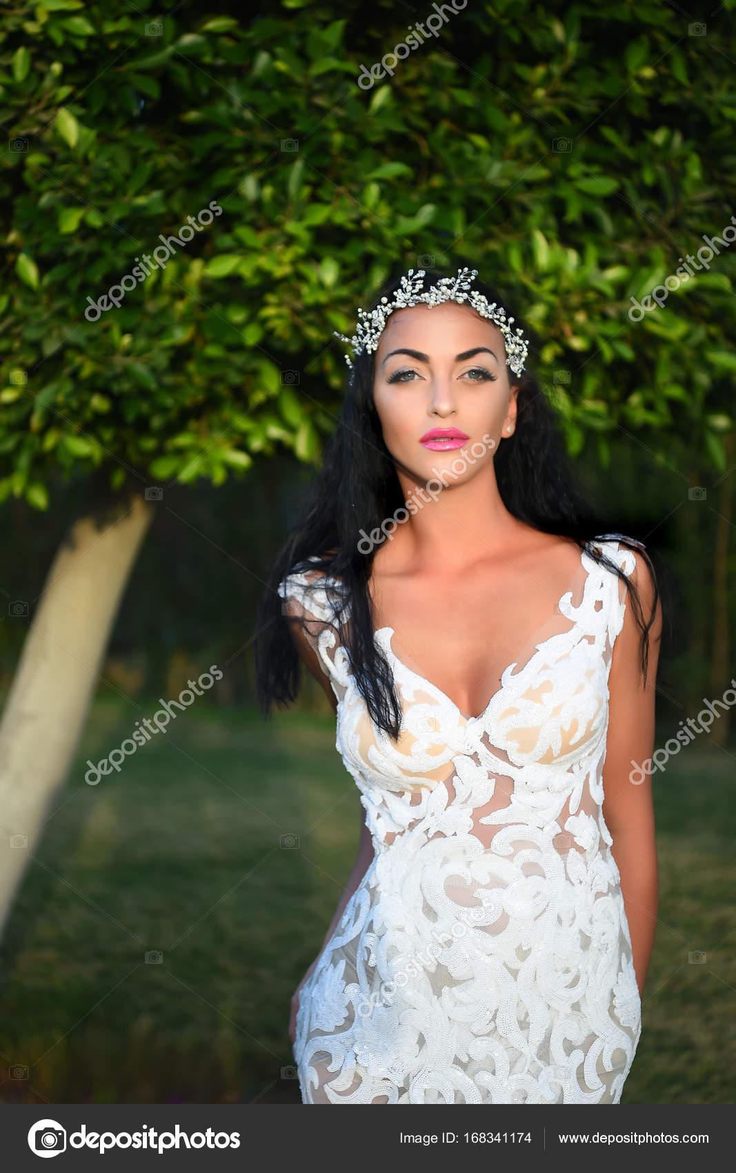 Hochzeit Frau oder Braut im weißen Kleid und Krone — Stockfoto ...