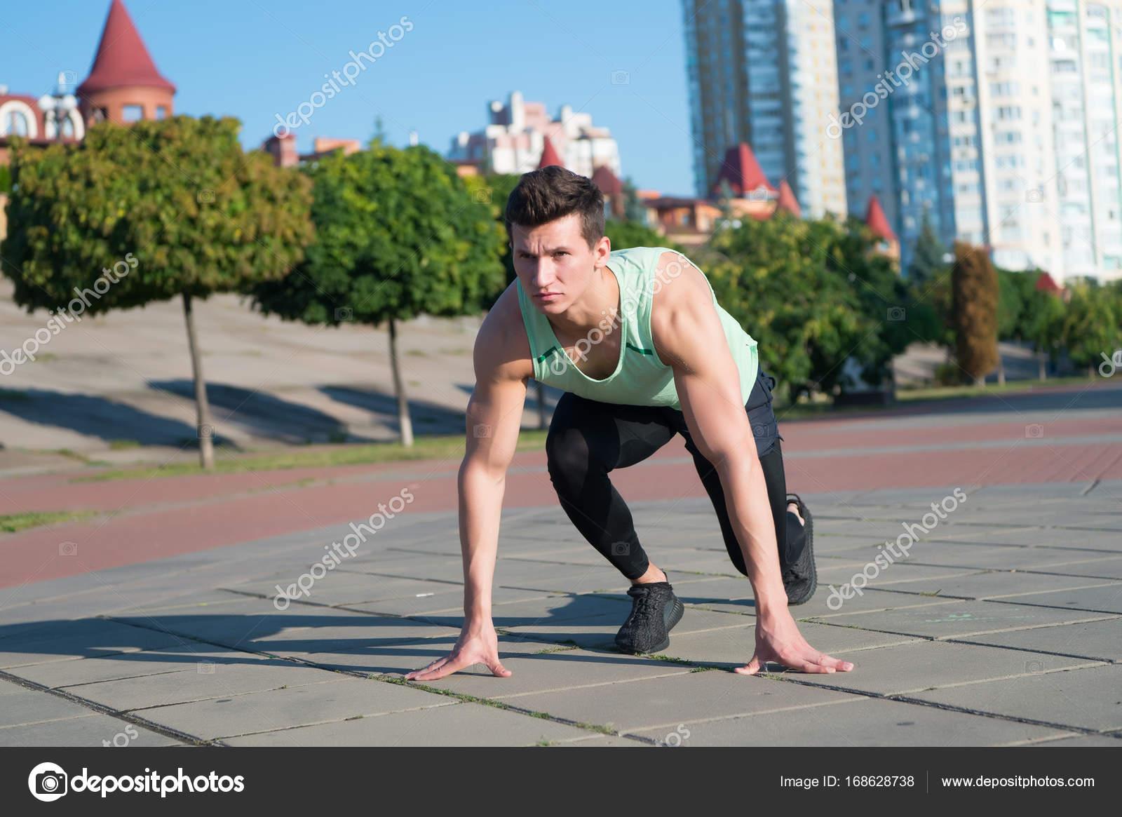 e14b9928 Наденьте городской пейзаж мачо в Спортивная одежда и обувь для бега–  Стоковое изображение