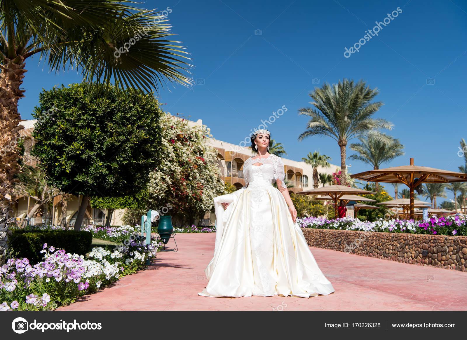 novia de blanco vestido de novia — Foto de stock © stetsik #170226328