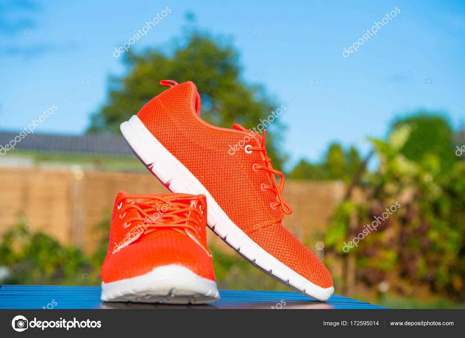 size 40 b5397 44afd depositphotos 172595014-stockafbeelding-sport-schoenen-sneakers-felle-oranje.jpg