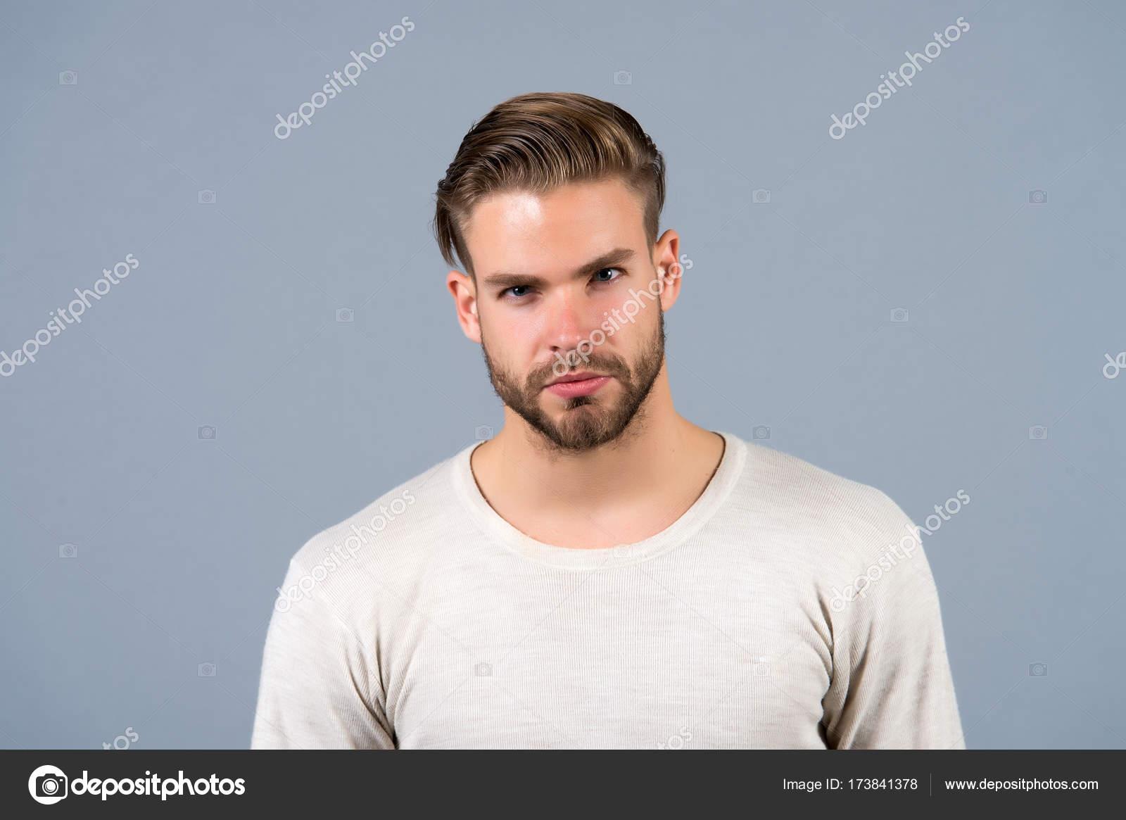 Mann Mit Unrasierten Gesicht Haare Und Modische Frisur Stockfoto