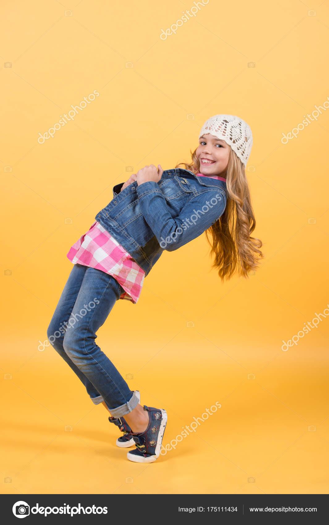 3a87567d9 Criança no terno de calça jeans