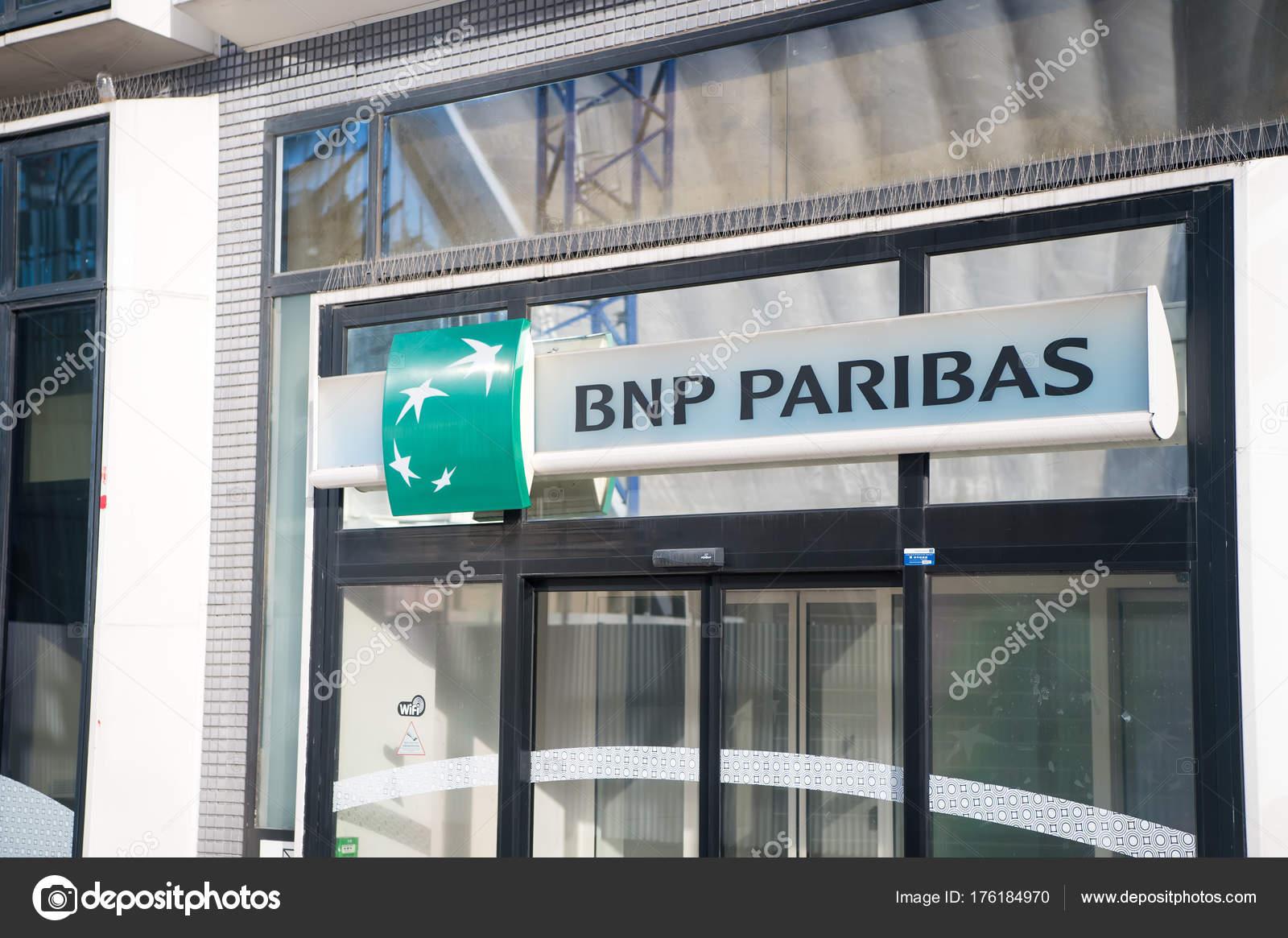 2a2db31e57c Panneau d entrée de la Banque bnp paribas à paris