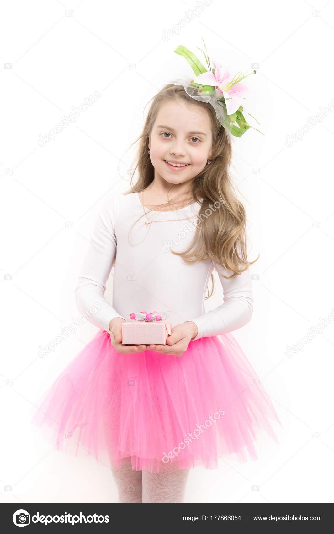Niño con caja en tutu falda rosa aislado sobre blanco — Fotos de ...