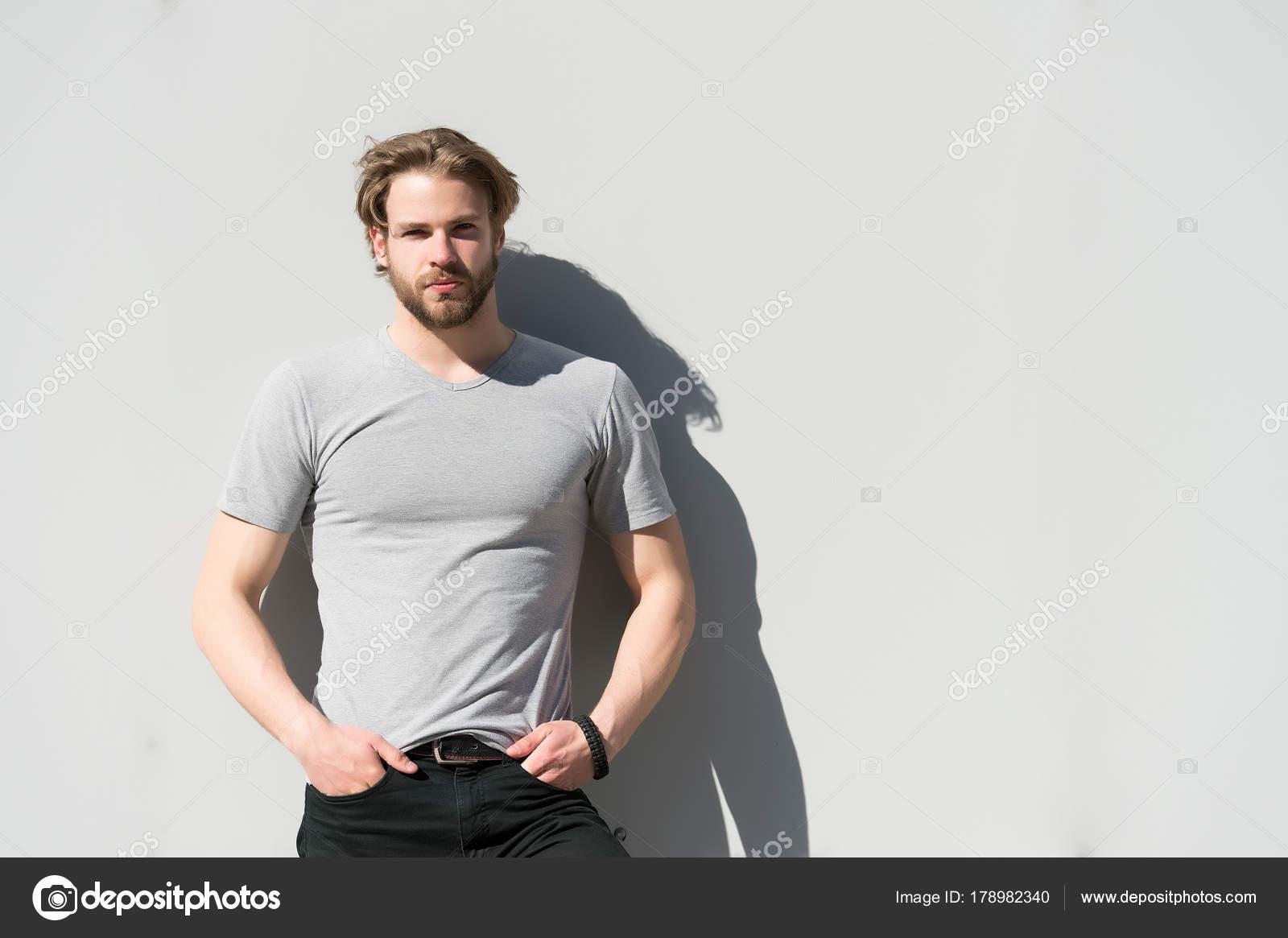 Macho Mit Bart Und Blonden Haaren An Sonnigen Tag Stockfoto
