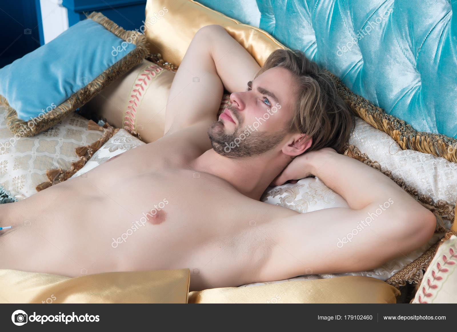 Парни лежат голыми в кровати — pic 9