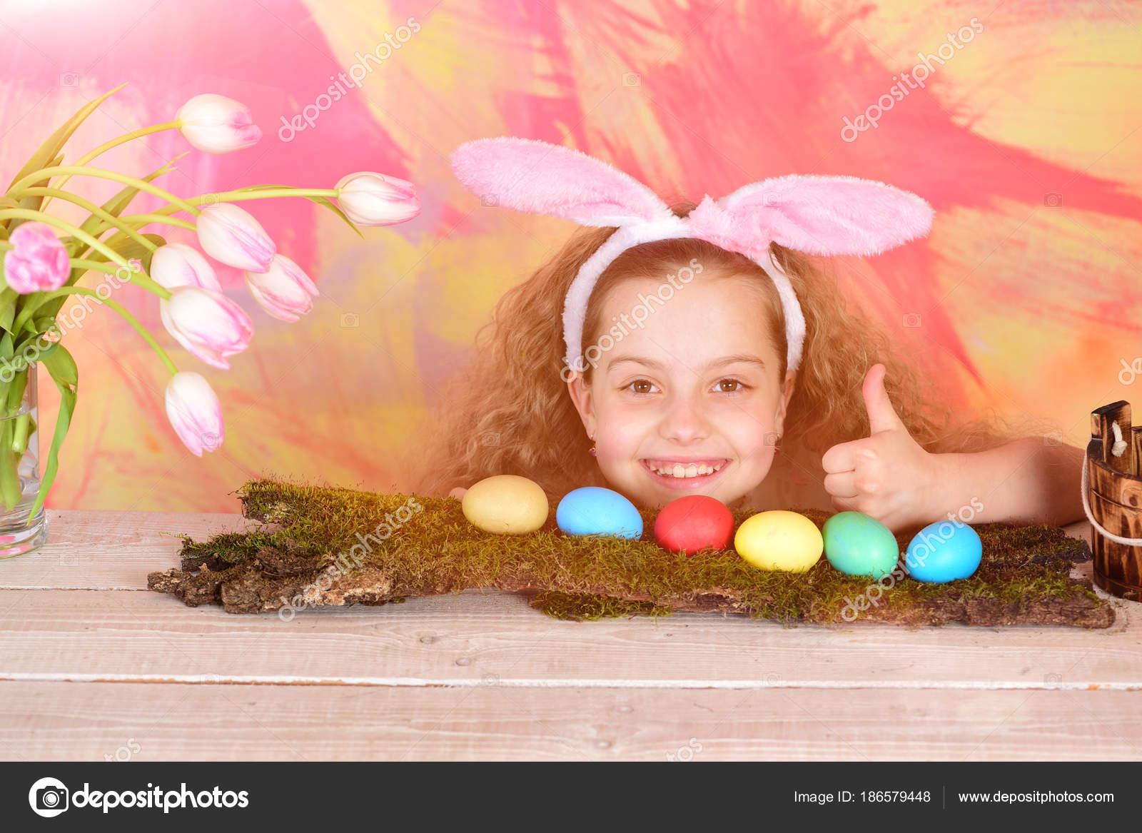 3ec040c045b Hapyy αυγά τις διακοπές του Πάσχα και λαγουδάκι συναισθήματα και  συγκινήσεις, ευτυχισμένος κορίτσι Πάσχα στα αυτιά λαγουδάκι, μικρό παιδί με  σγουρά μαλλιά ...