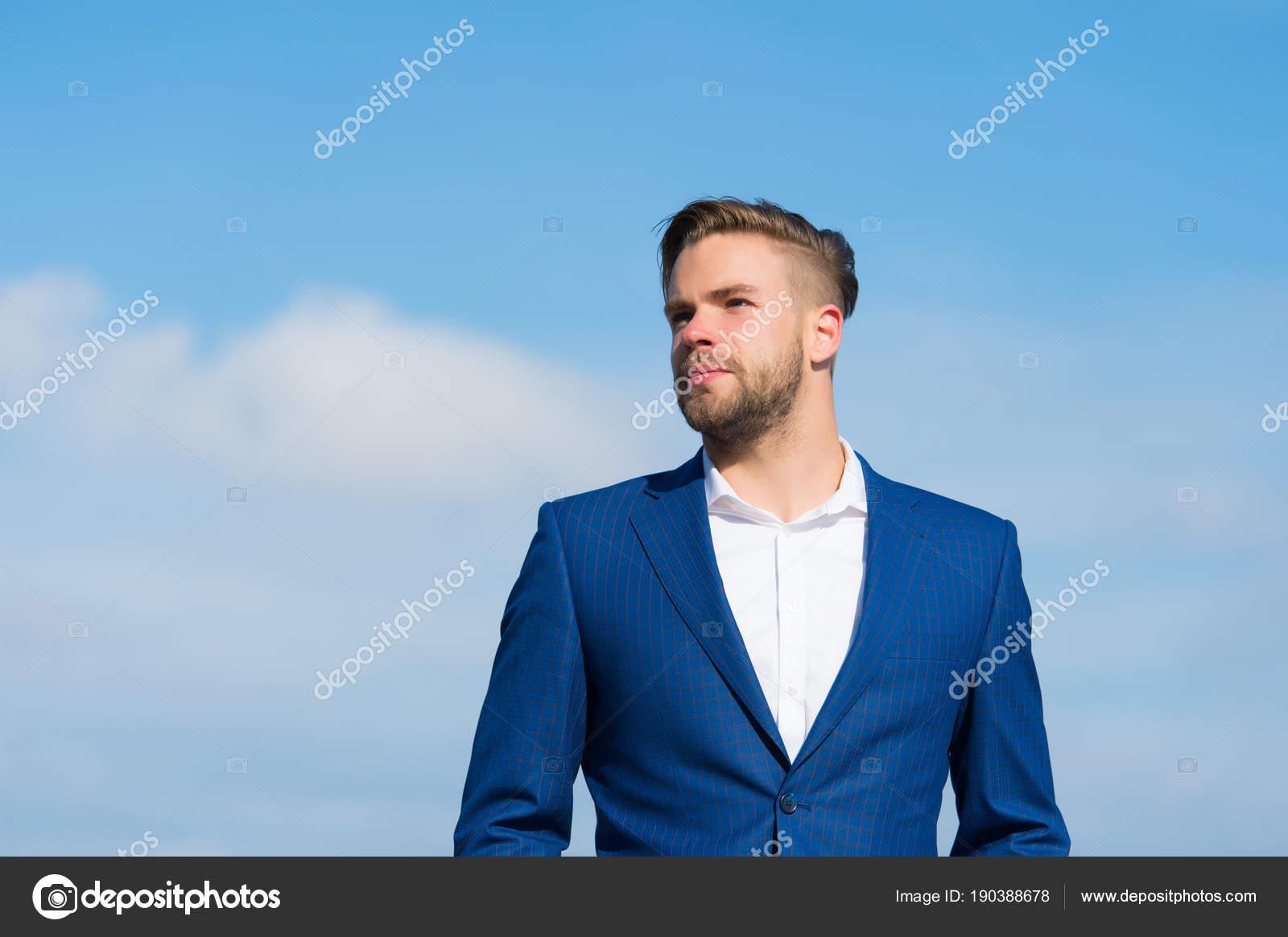 f46bb5414 Hombre con barba en el cielo azul. Gerente en traje de negocios al aire  libre. Empresario en día soleado. Moda de negocios
