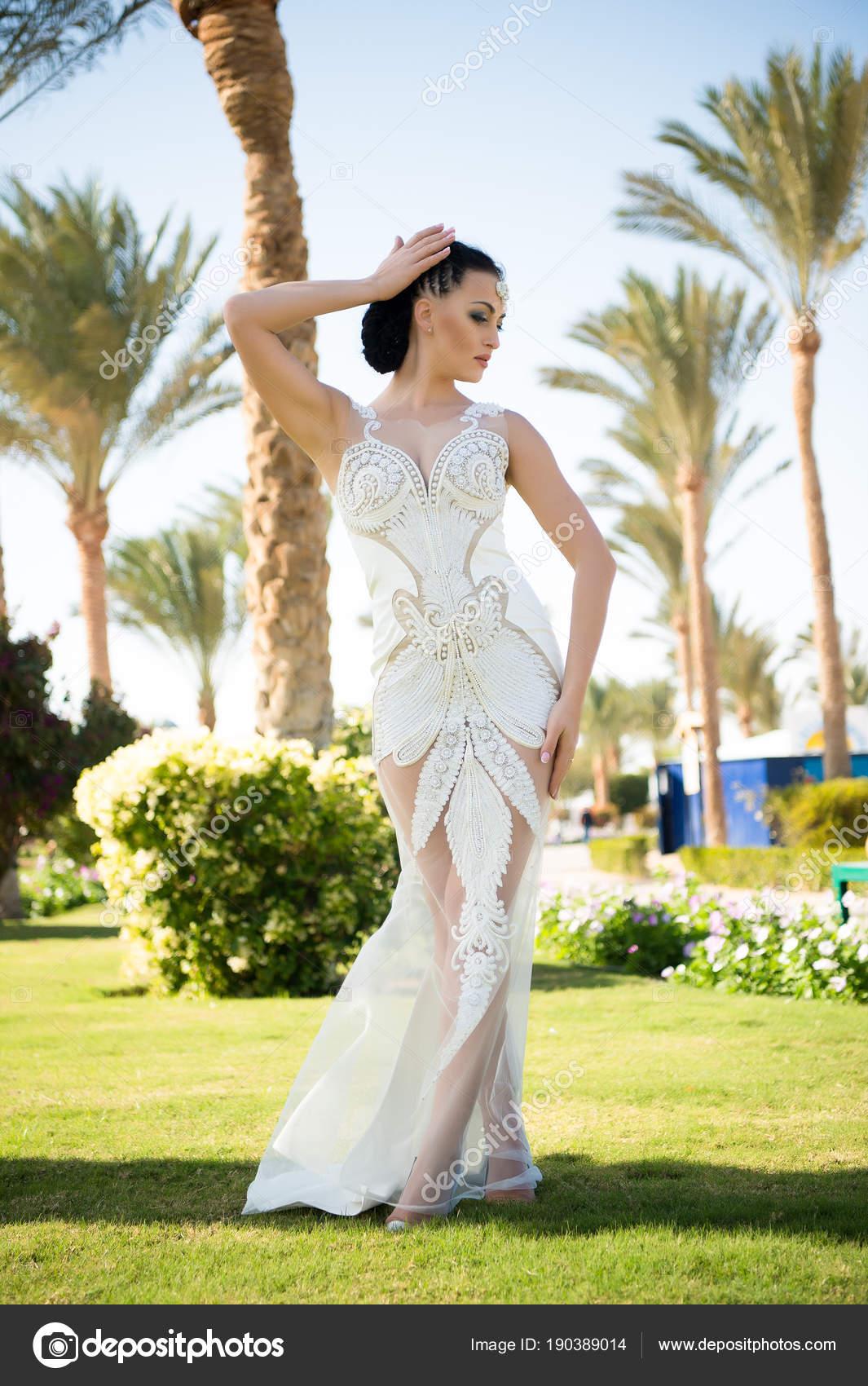 Mode-Modell im tropischen Garten. Sinnliche Frau in weißen Hochzeit ...