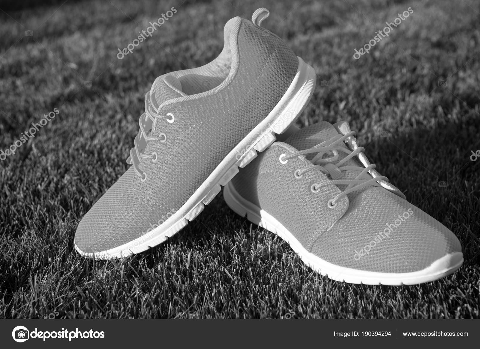 520b07cbad98 Спортивная обувь кроссовки на свежая зеленая трава — Стоковое фото ...